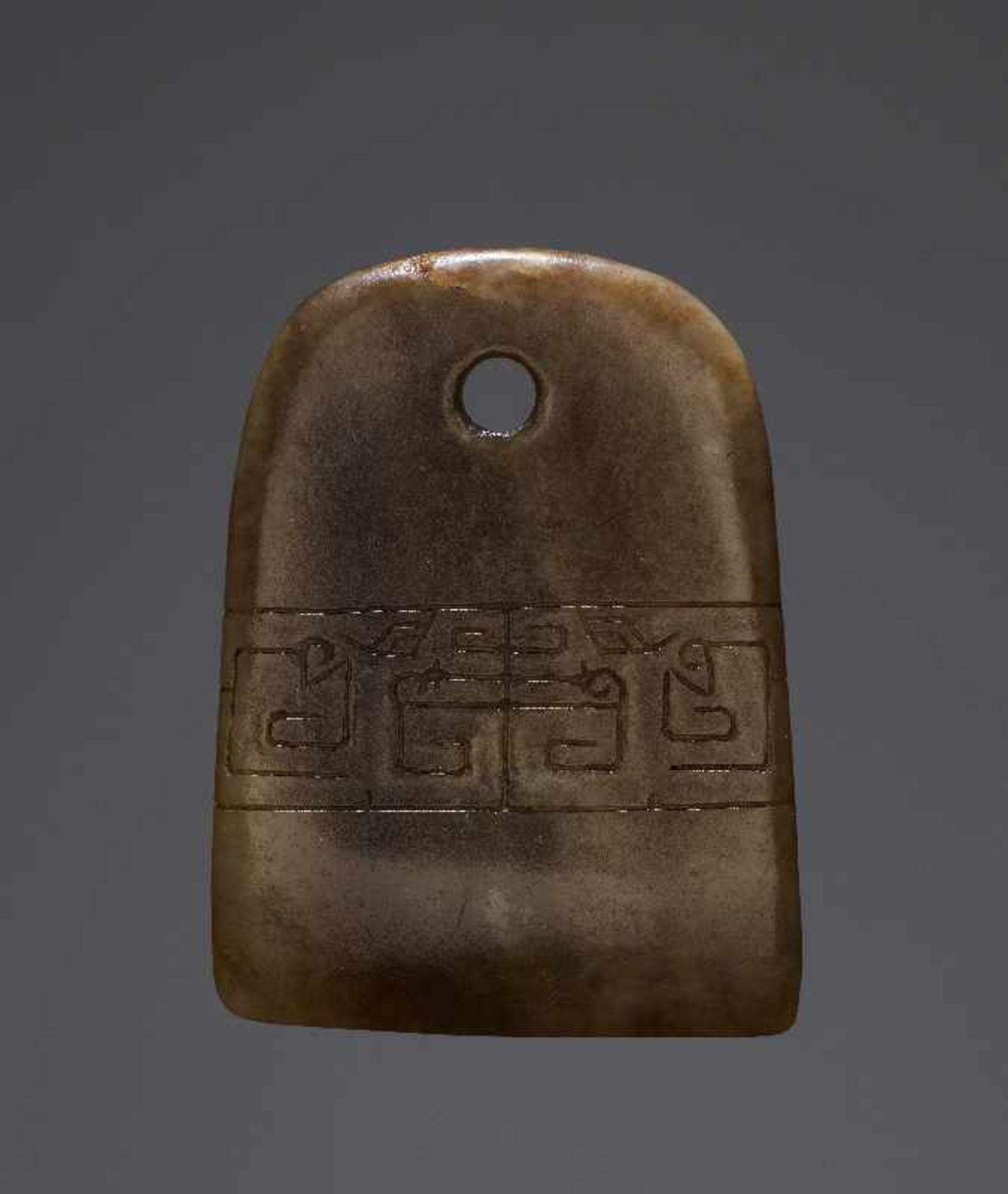 KONVOLUT MIT EINER BI UND DREI AMULETTENJade. China, späte Qing-Dynastie, 19. Jh. 75a: BI Jade. - Image 7 of 17