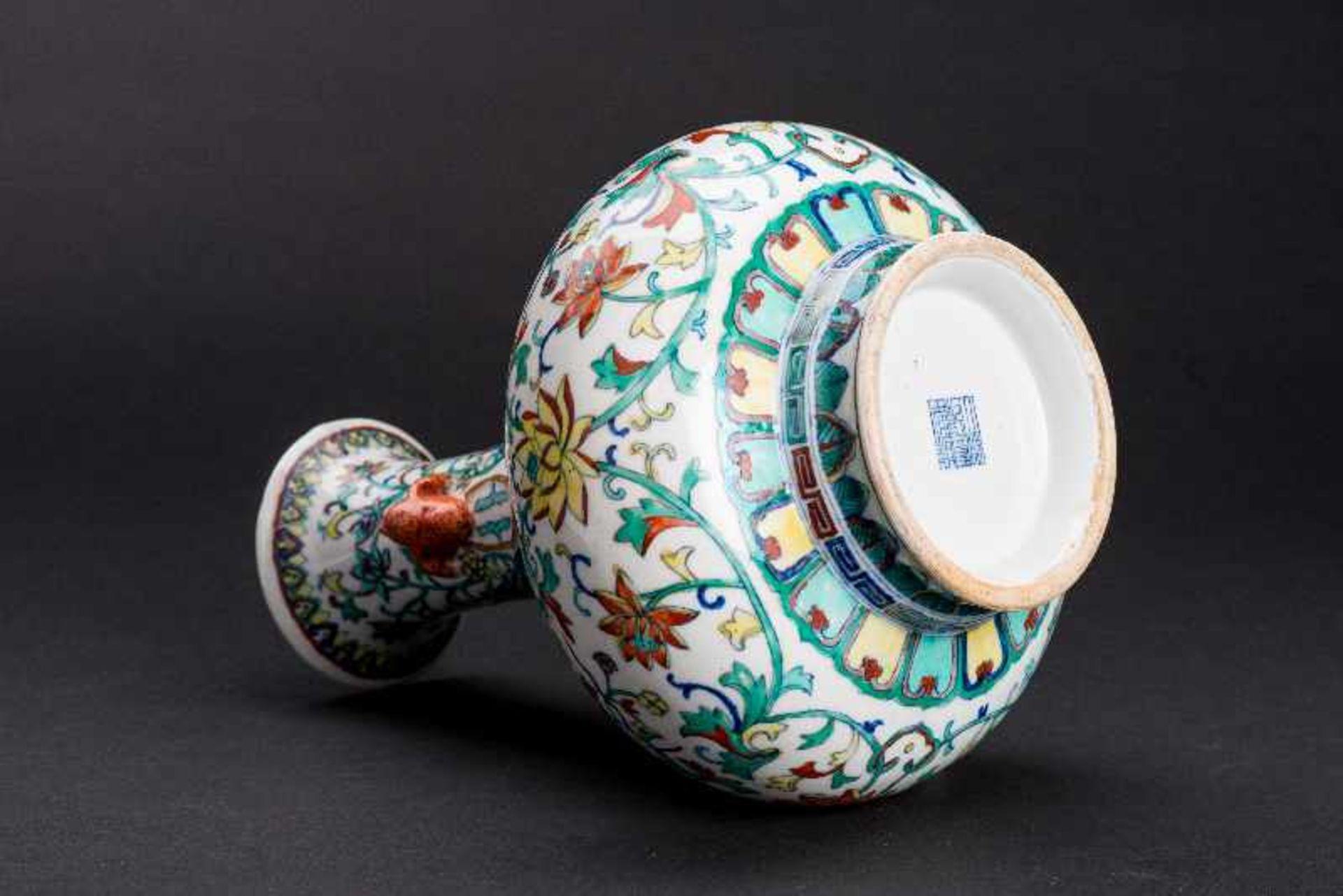VASE MIT LANGLEBENSSYMBOLENPorzellan mit Unterglasurblau, Email und etwas Gold. China, Qing-Dynastie - Image 4 of 4