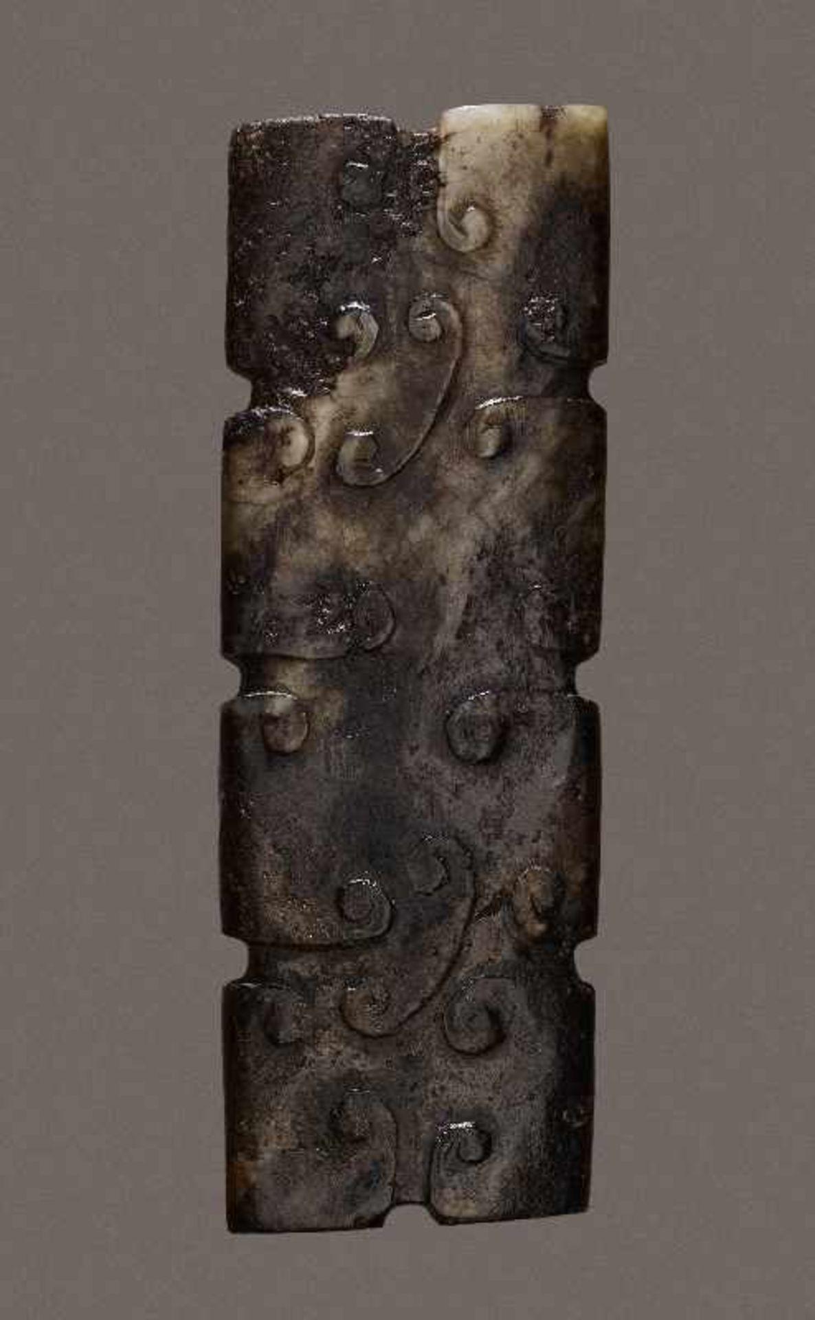 KONVOLUT MIT DREI PERLEN UND EINEM AMULETT 74 a-cJade. China, Qing, 19. Jh. 74a-c: DREI ZIERPERLEN - Image 2 of 18