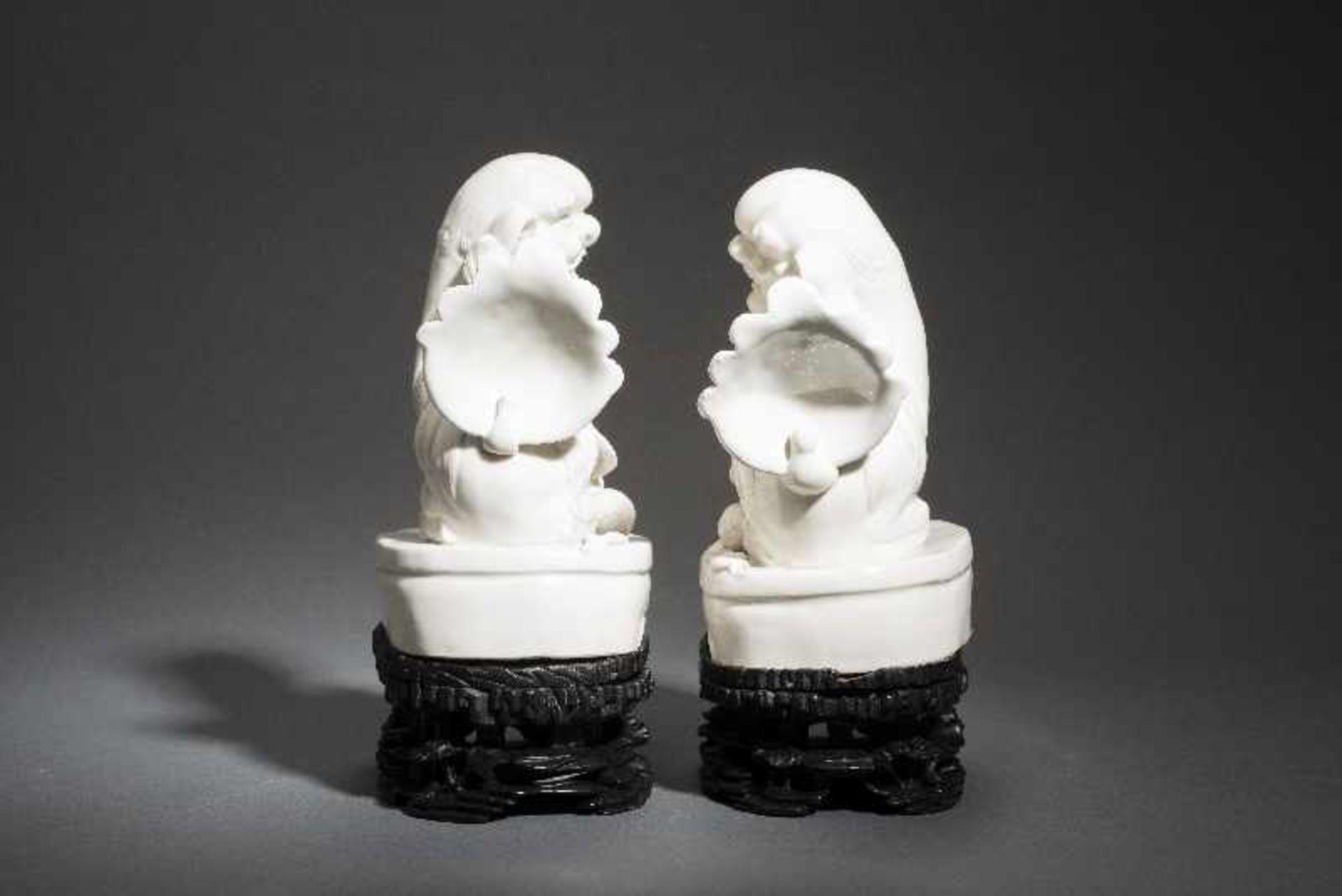 PAAR PALASTLÖWEN AUF SOCKELNBlanc de Chine-Porzellan aus Dehua und Holz. China, Qing 18. Jh. Zwei - Image 4 of 9