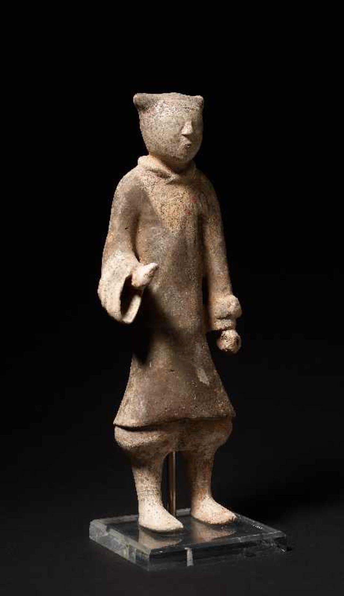 DER ELEGANTE GARDIST Terrakotta mit alter Bemalung. China, frühe Westliche Han-Dynastie (3. - 2. Jh. - Image 3 of 5