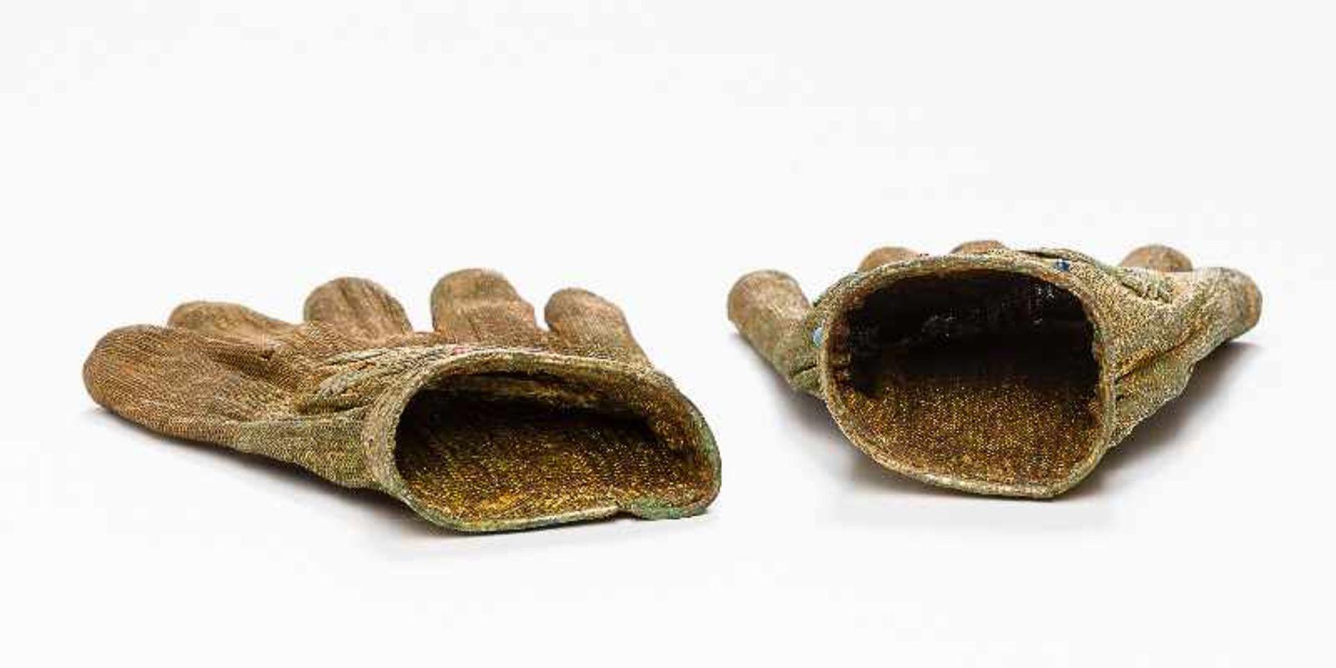 SELTENE HANDSCHUHE MIT PHÖNIX-DARSTELLUNGSilber (und Kupfer?), vergoldet, Einlagen. China, - Image 4 of 5