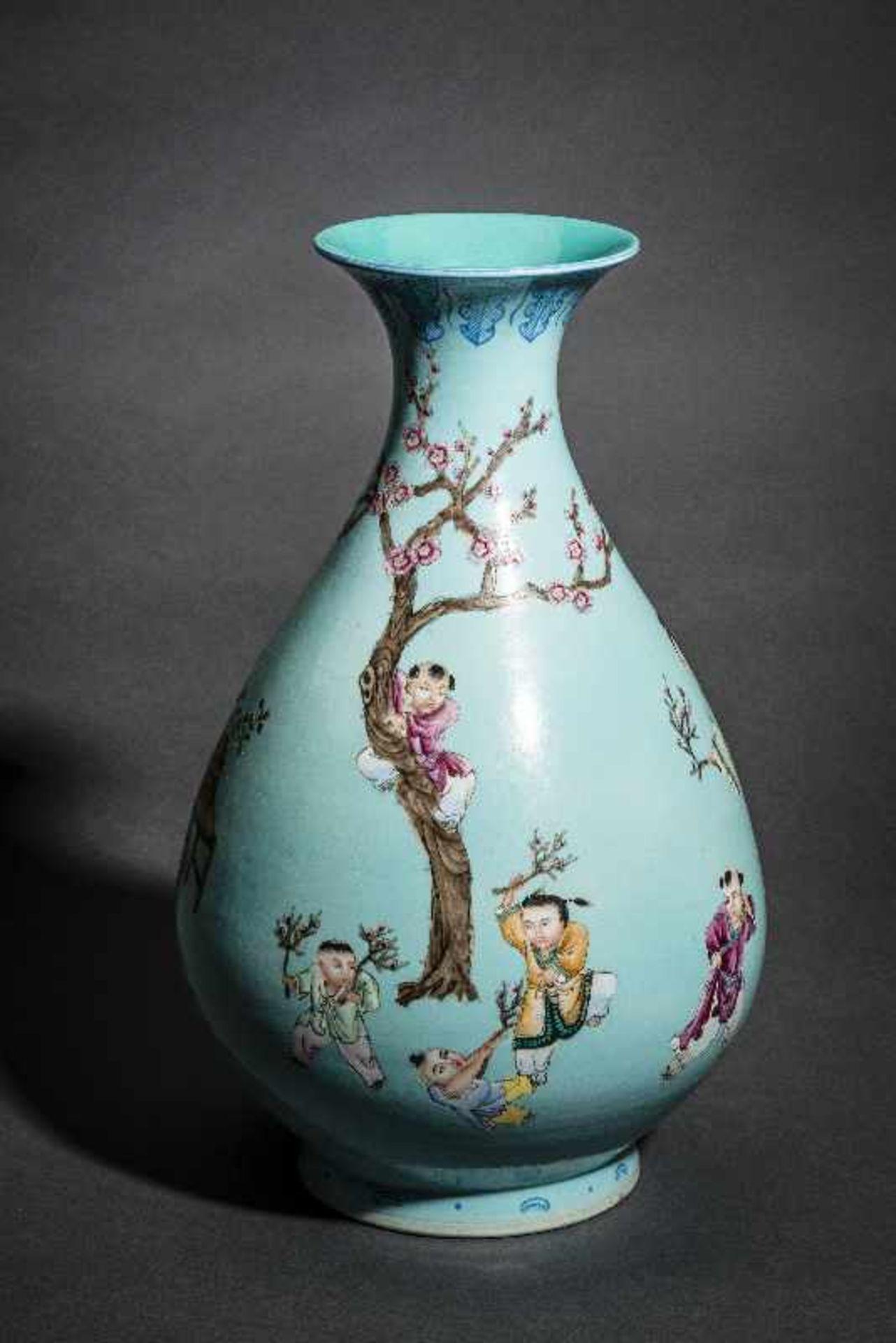 GROSSE VASE MIT SPIELENDEN KNABEN Porzellan mit Emailfarben. China, Auf türkis-blaugrünem Grund sind