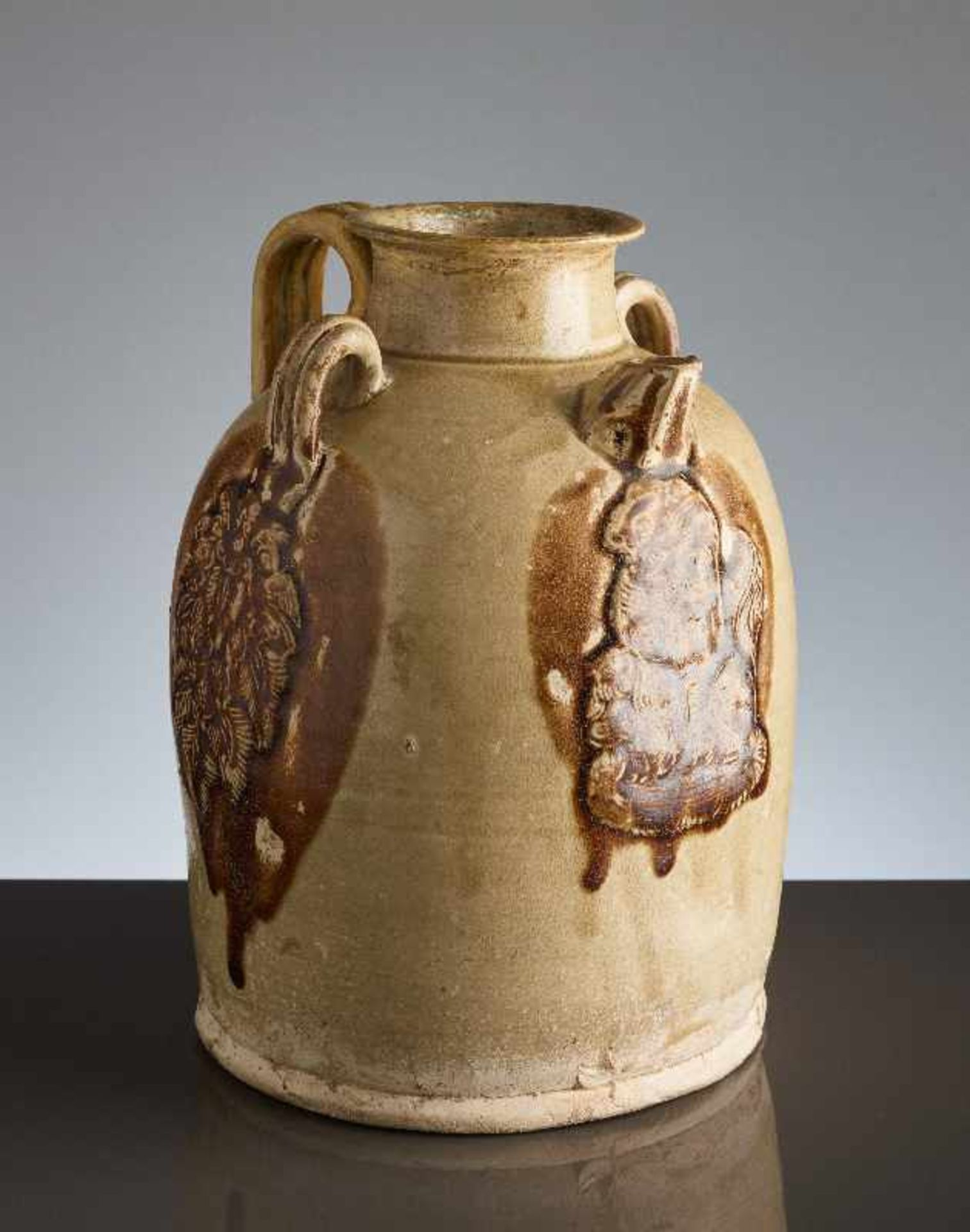 HENKELKANNE MIT RELIEFDEKORGlasierte Keramik. China, Tang, ca. 8. bis 9. Jh. Typische Changsha- - Image 5 of 8