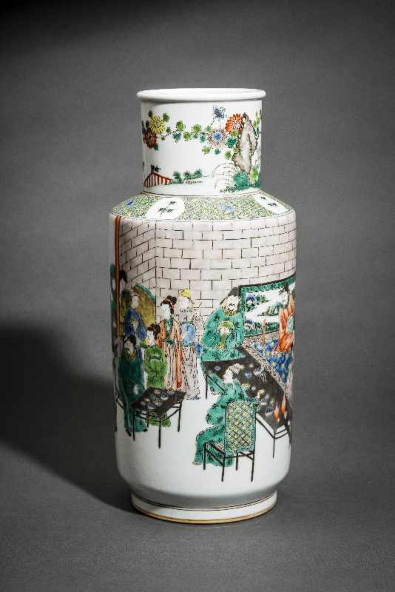 VASE MIT WEISEN UND WÜRDENTRÄGERN Porzellan mit farbiger Emailmalerei. China, Hohe zylindrische - Image 2 of 5