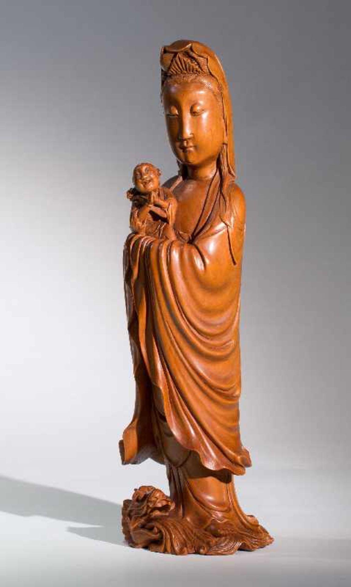 DIE KINDERBRINGENDE GÖTTIN GUANYINBuchsbaumholz. China, Qing-Dynastie, 18. bis 19. Jh. Ein - Image 2 of 7