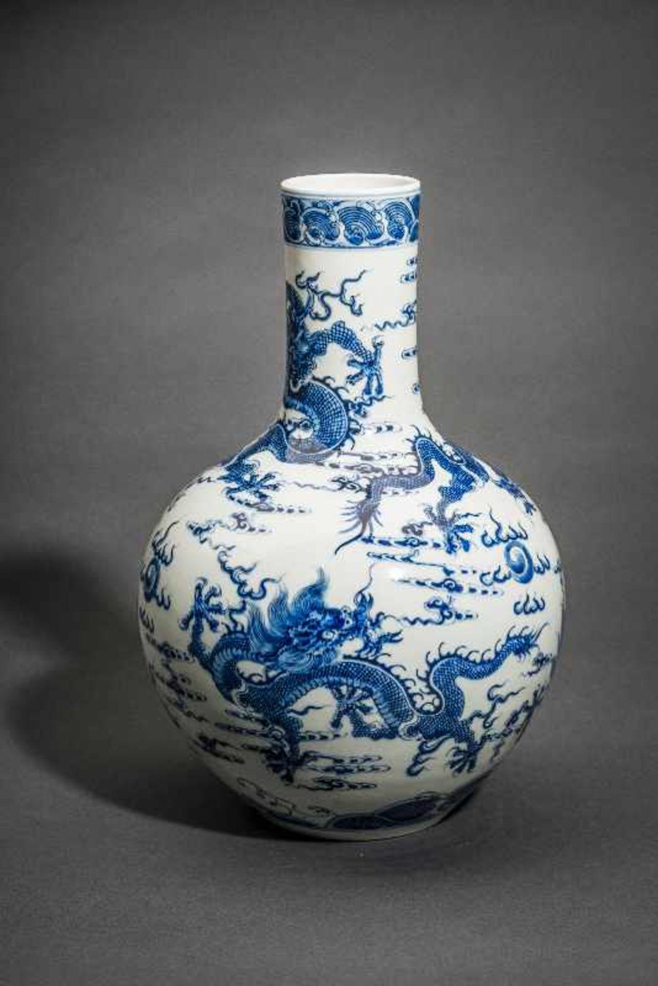 """VASE MIT FÜNF WILDEN DRACHEN Blauweißes Porzellan. China, Sehr belebt gemaltes Motiv """"Drachen in den - Image 2 of 5"""