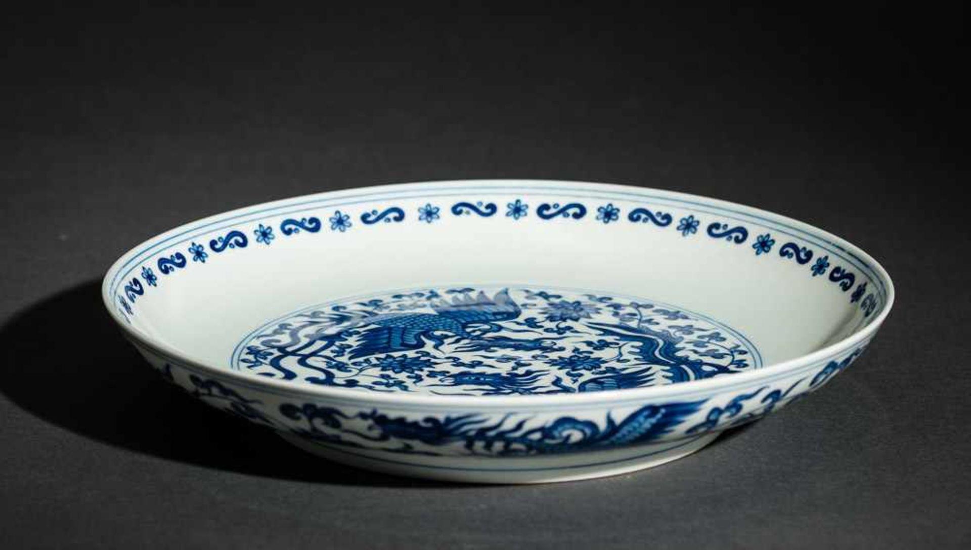 TELLER MIT PHÖNIXEN Blauweißes Porzellan. China, Auf diesem mit Unterglasurblau bemaltem Teller - Image 2 of 3