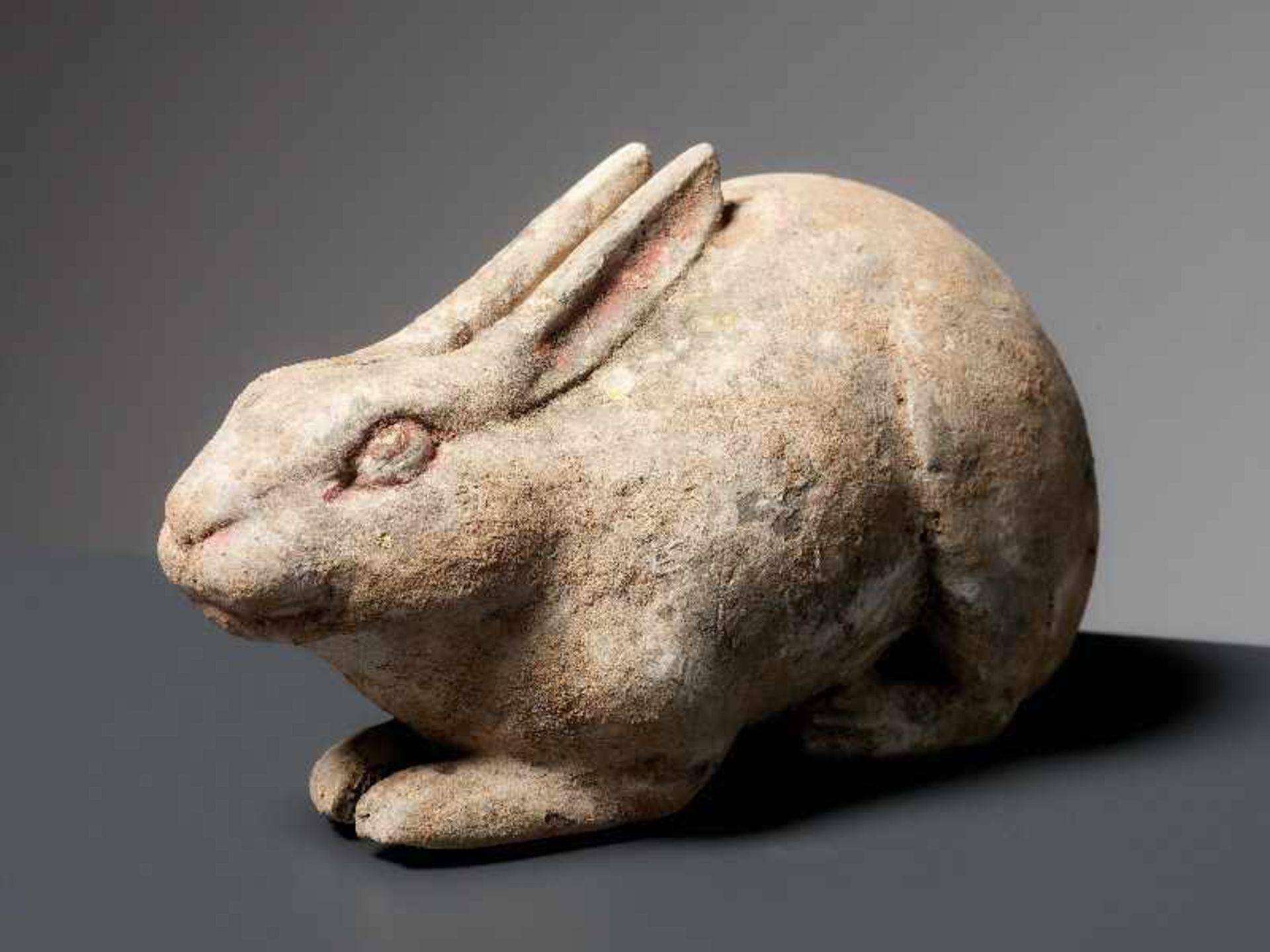LIEGENDER HASE Terrakotta mit Bemalung. China, Tang (618 - 907) Kleine Terrakotta-Figurine, die - Image 2 of 4