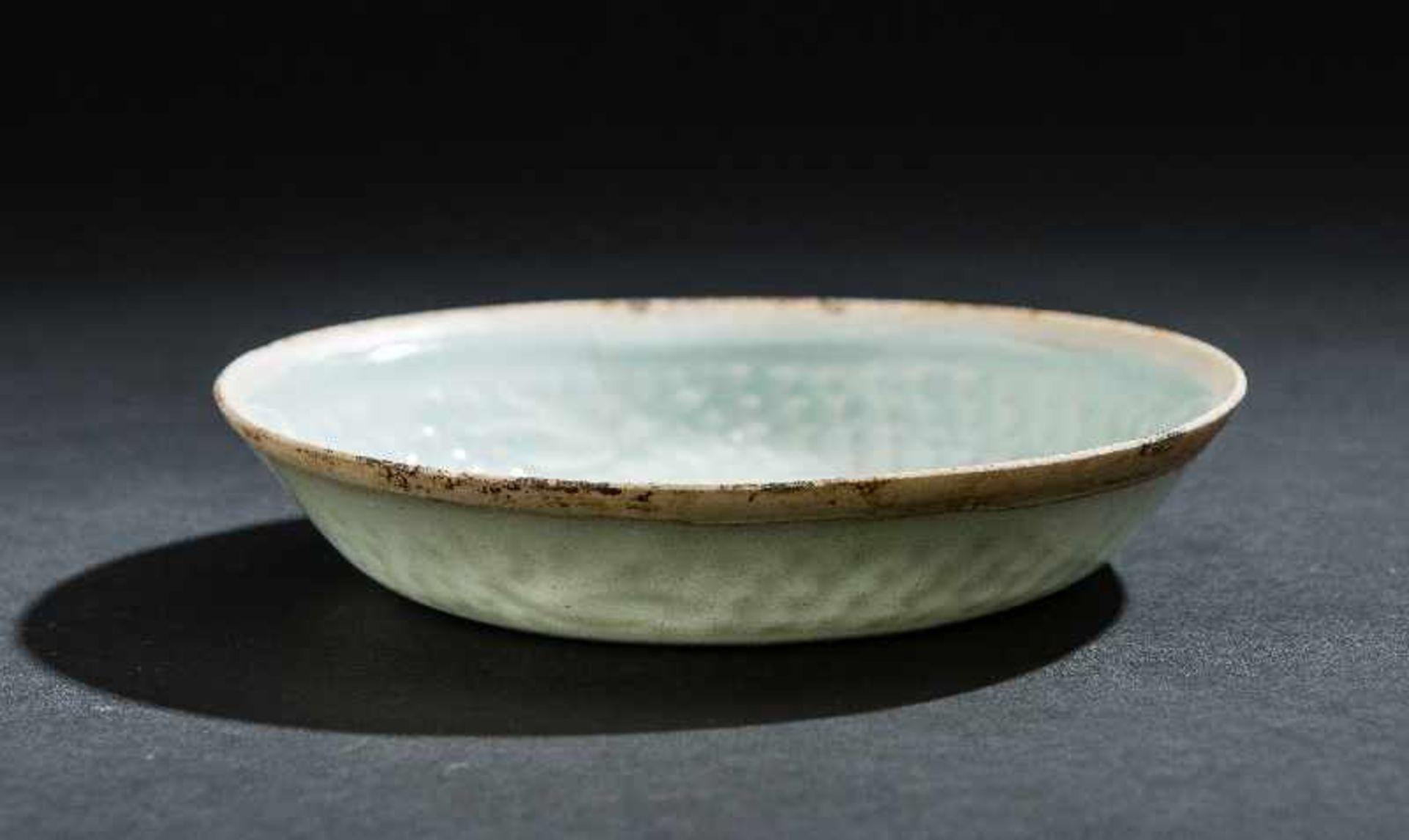 SCHÄLCHEN MIT FISCHENProtoporzellan. China, Song-Dynastie, ca. 10 – 12. Jh. Dieses dünnwandinge - Image 4 of 5
