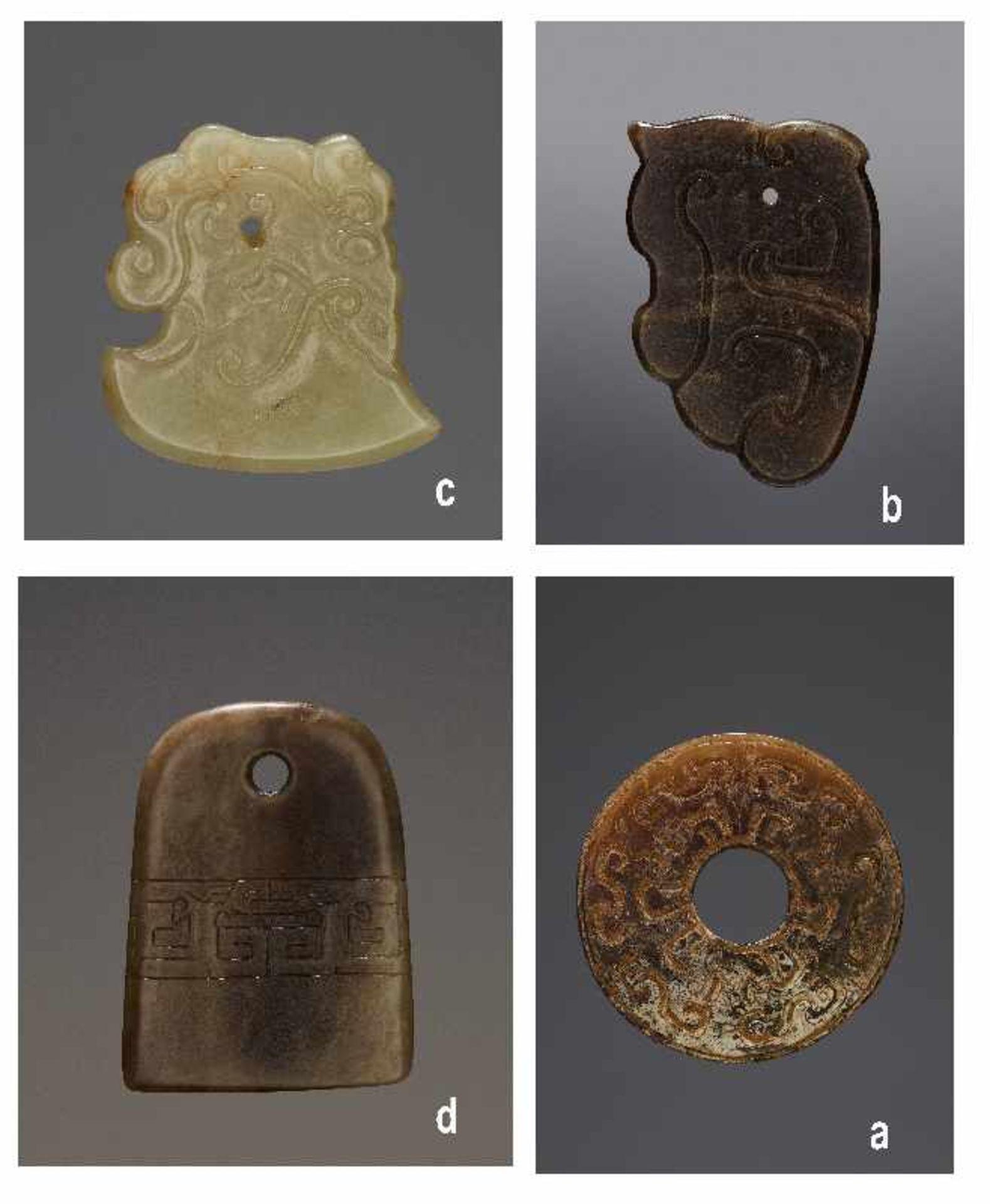 KONVOLUT MIT EINER BI UND DREI AMULETTENJade. China, späte Qing-Dynastie, 19. Jh. 75a: BI Jade.