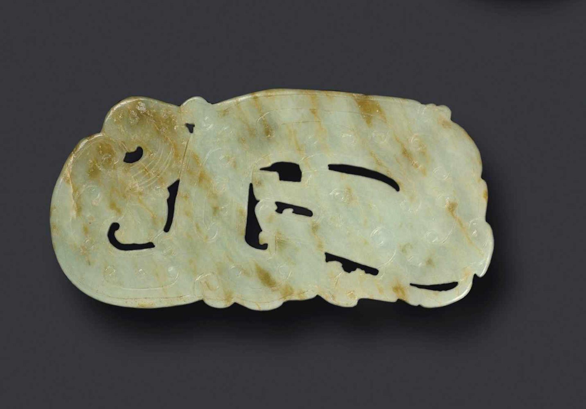 Drache (Long) Jade. China, Qing (um 1800, frühes 19. Jh.) Diese weiße Jade ist gut abgerundet und