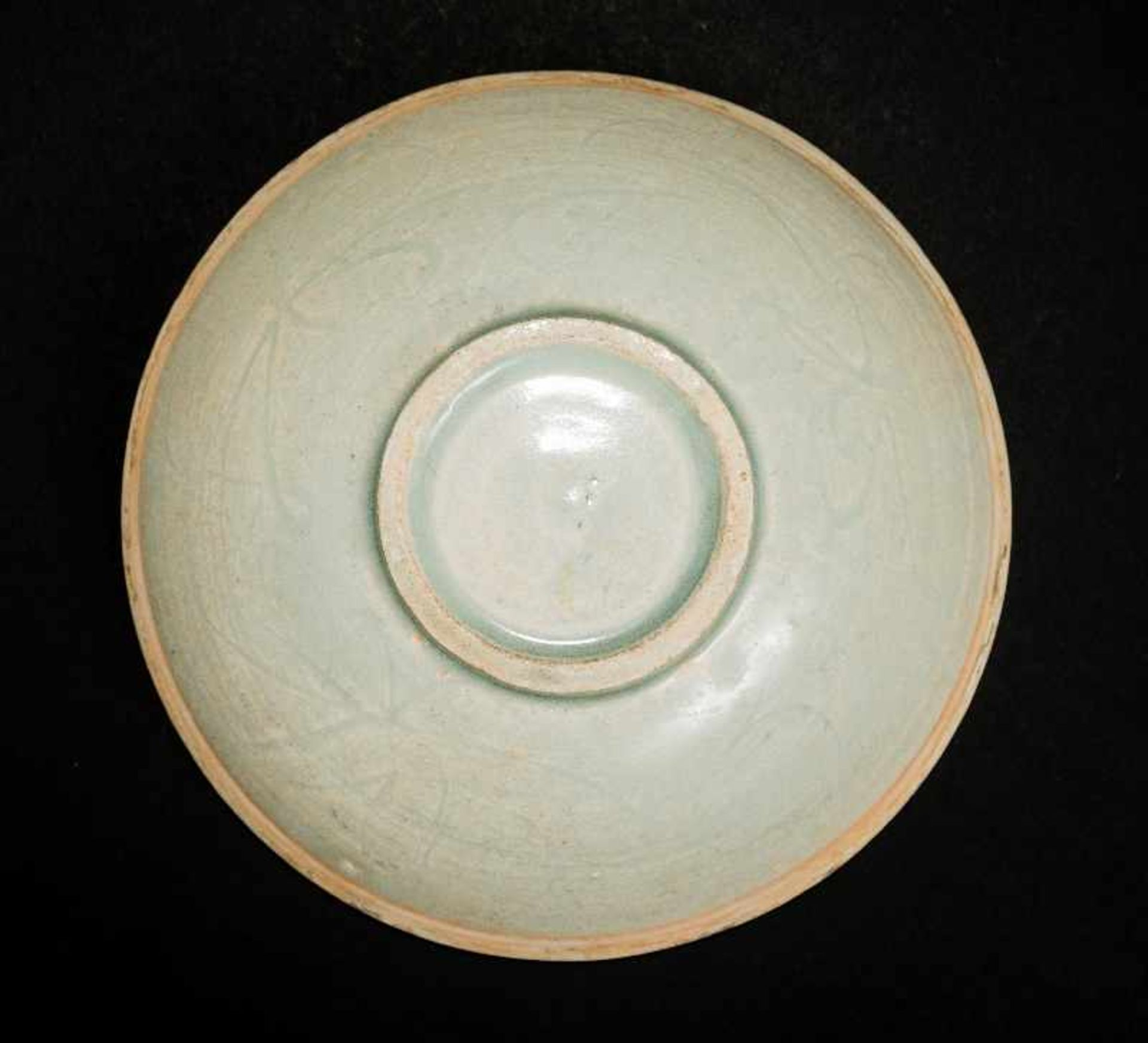 TIEFE SCHALE MIT QINGBAI-GLASURProto-Porzellan. China, Song bis Yuan, ca. 12. bis 13. Jh. Ein - Image 3 of 4