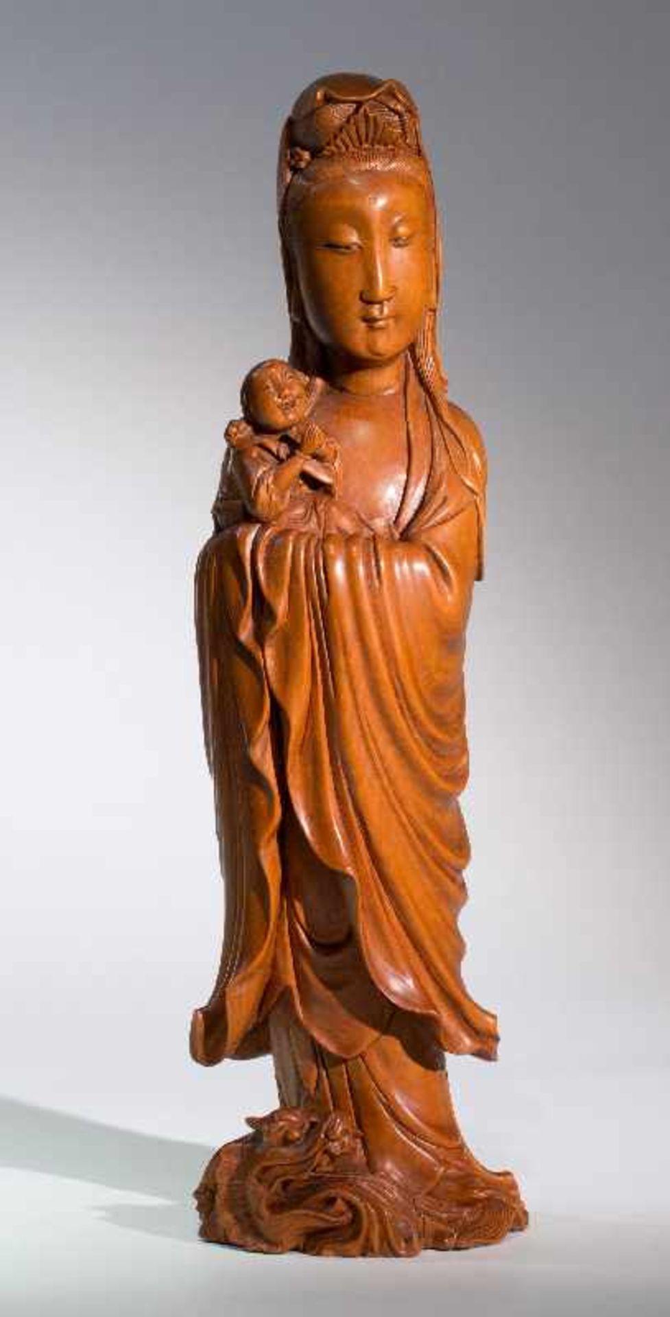 DIE KINDERBRINGENDE GÖTTIN GUANYINBuchsbaumholz. China, Qing-Dynastie, 18. bis 19. Jh. Ein
