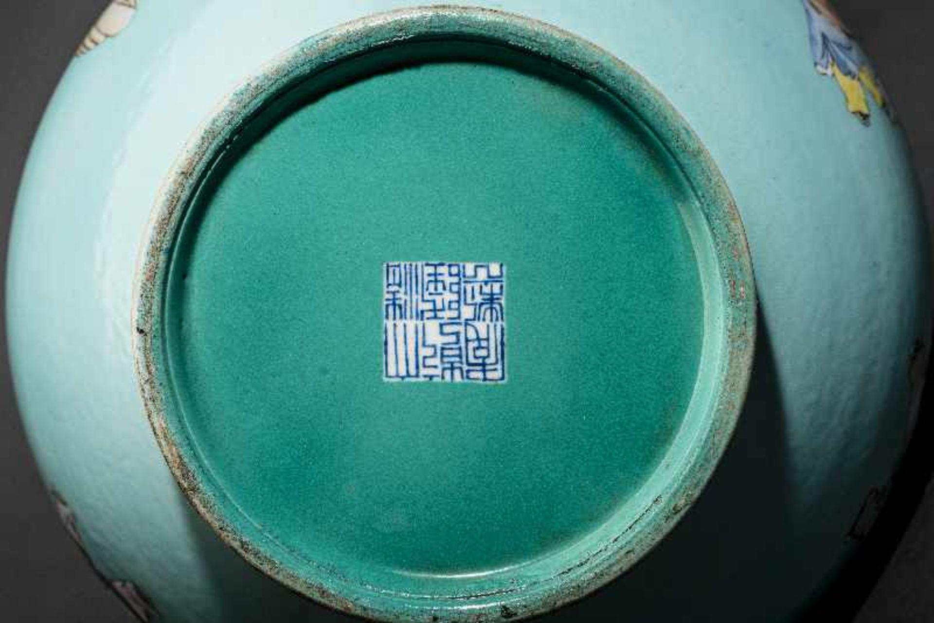GROSSE VASE MIT SPIELENDEN KNABEN Porzellan mit Emailfarben. China, Auf türkis-blaugrünem Grund sind - Image 4 of 4
