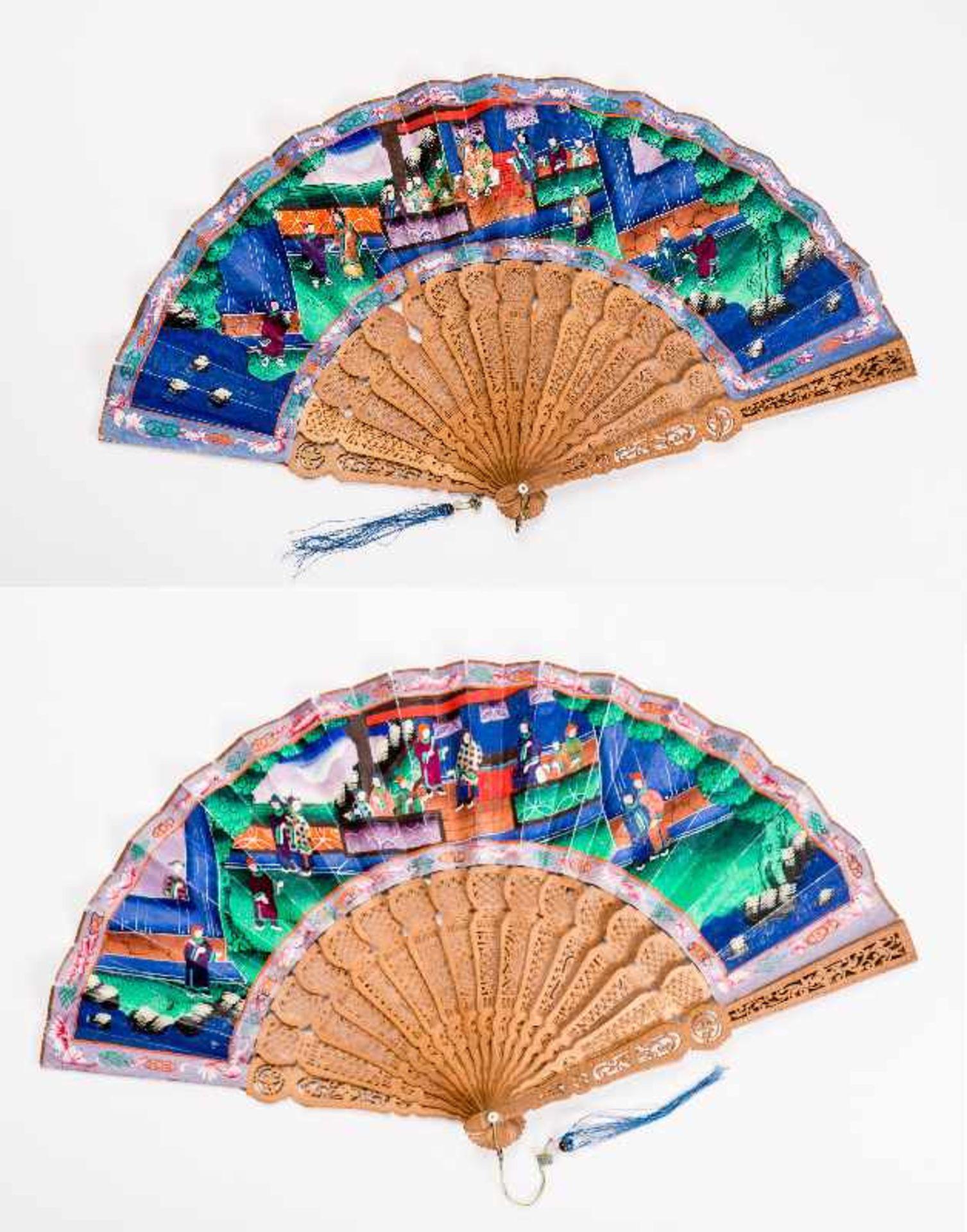 MANDARIN-FALTFÄCHER MIT FIGURALEN SZENEN Gouache, Seide, Elfenbein, Holz. China, späte Qing-Dynastie