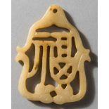 ANHÄNGER MIT GLÜCKSZEICHEN Jade (Nephrit). China, sp. Qing bis Republik Weiße, vom Eisengehalt