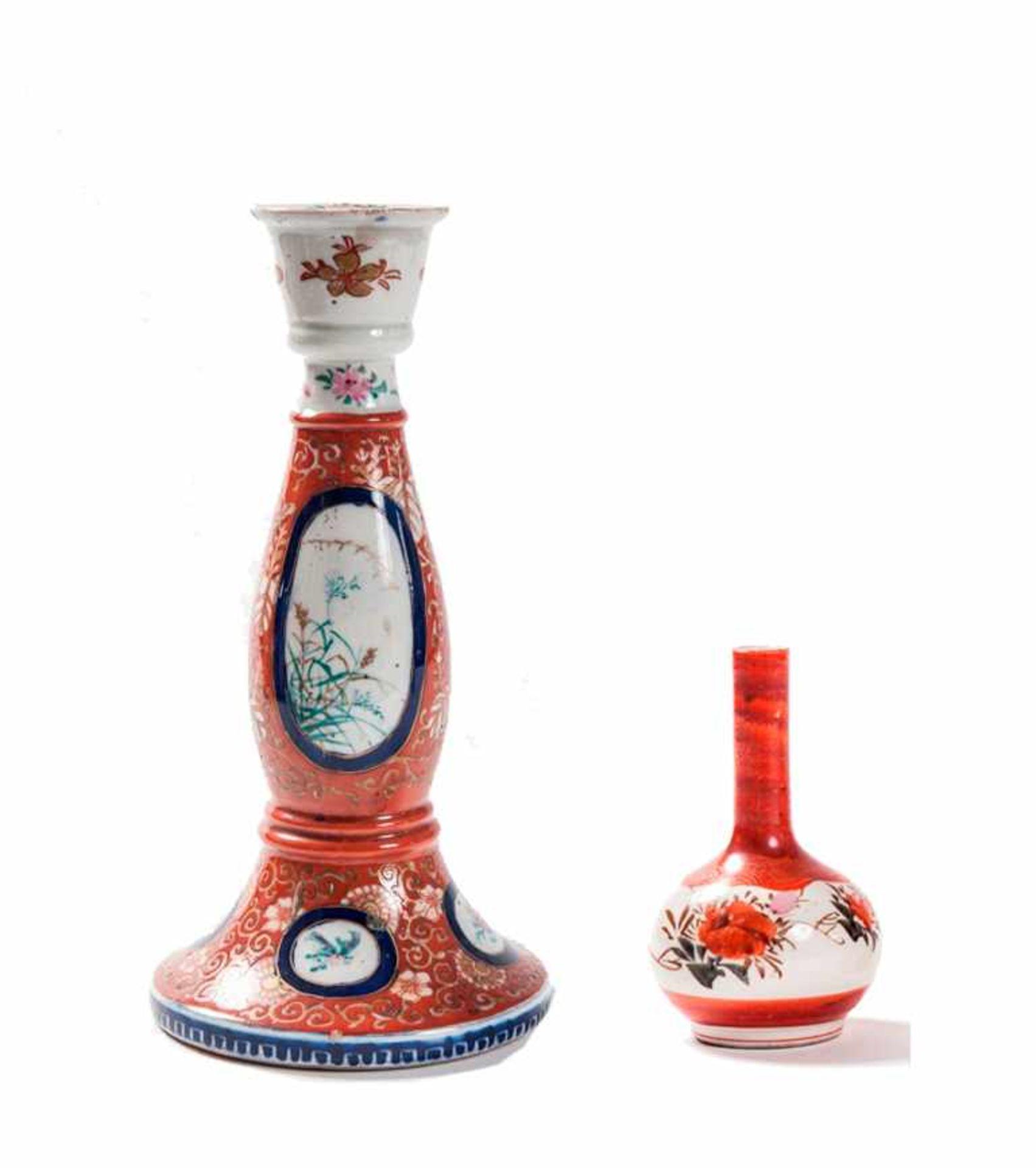 Konvolut Bestehend aus 1 Kerzenständer,1 Porzellanvase Kutani-Porzellan. Japan, 19. Jh. a)