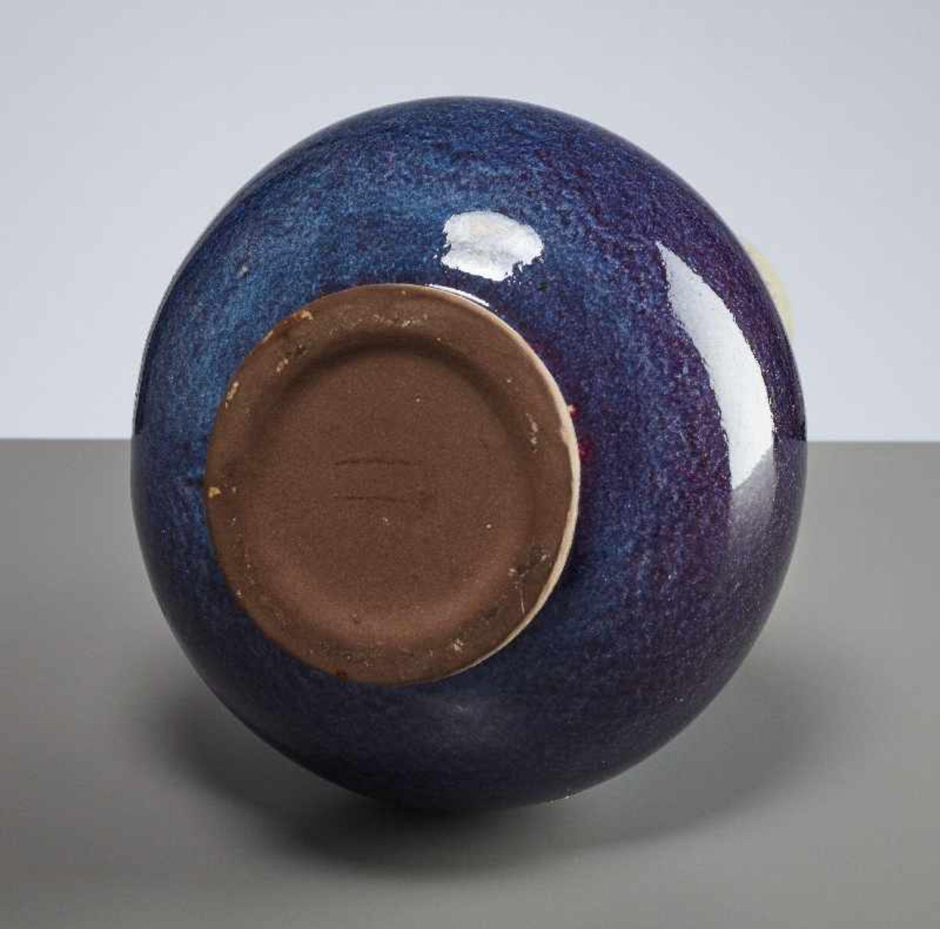 HOHE VASE Glasierte Keramik (Steinzeug). China, verm. 1. Drittel 20. Jh. Kugeliger Körper mit - Image 5 of 5