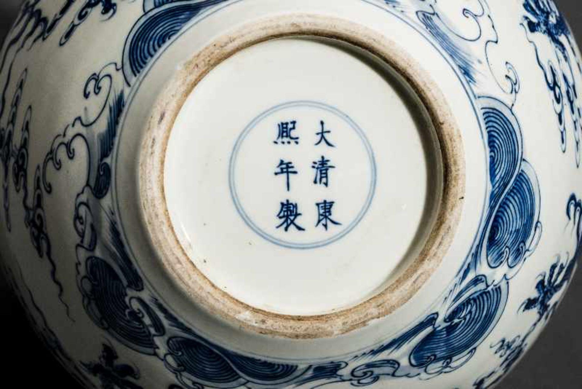 """VASE MIT FÜNF WILDEN DRACHEN Blauweißes Porzellan. China, Sehr belebt gemaltes Motiv """"Drachen in den - Image 5 of 5"""
