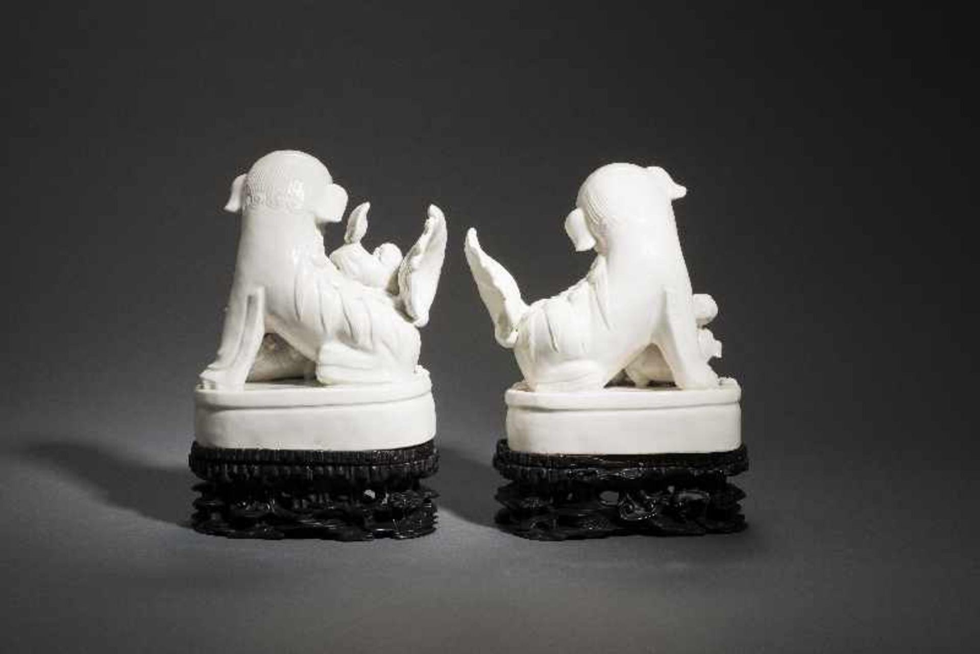 PAAR PALASTLÖWEN AUF SOCKELNBlanc de Chine-Porzellan aus Dehua und Holz. China, Qing 18. Jh. Zwei - Image 5 of 9