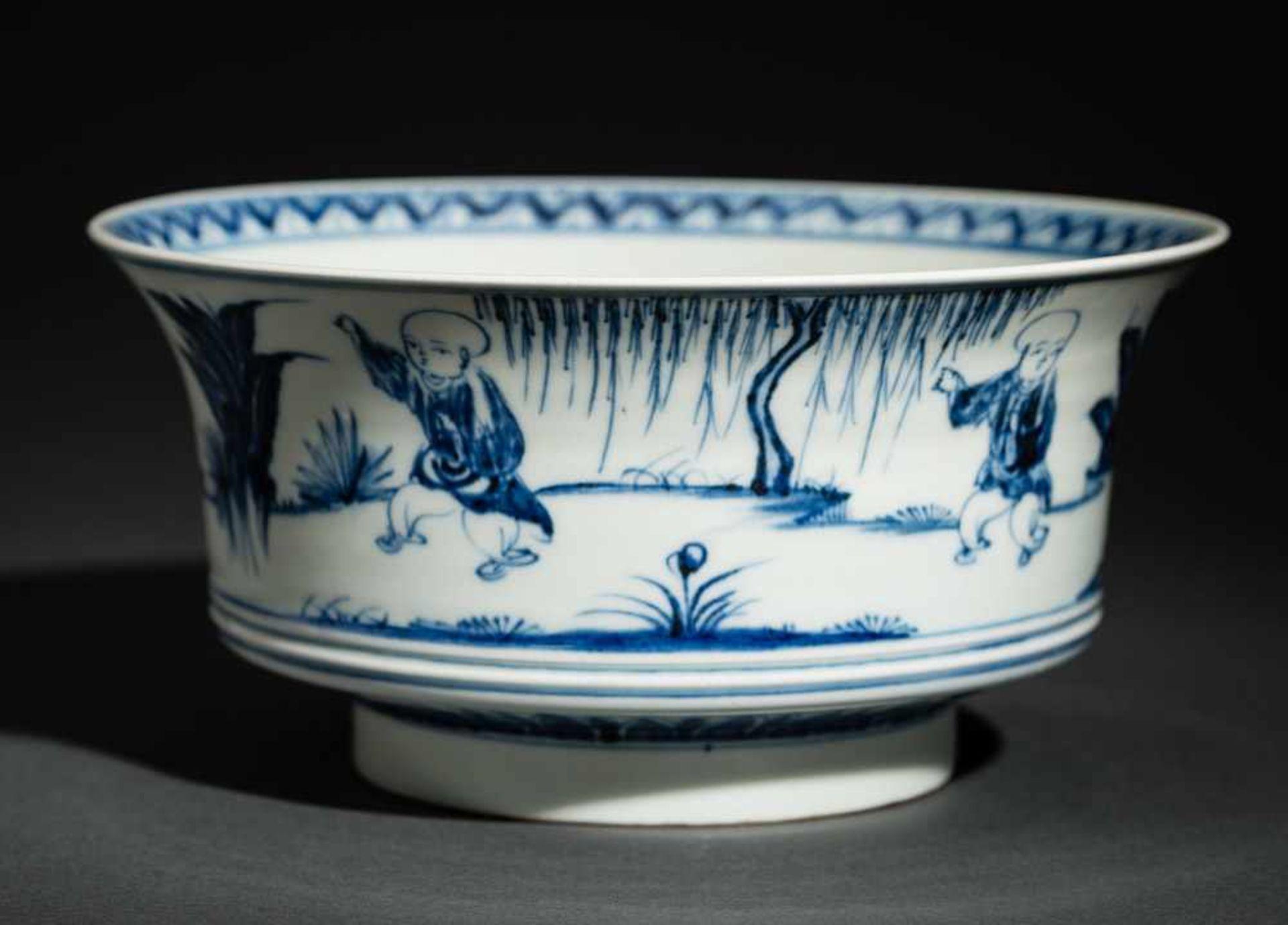 TIEFE SCHALE MIT SPIELENDEN KNABEN Blauweißes Porzellan. China, Auf der nach außen geschwungenen - Image 3 of 6