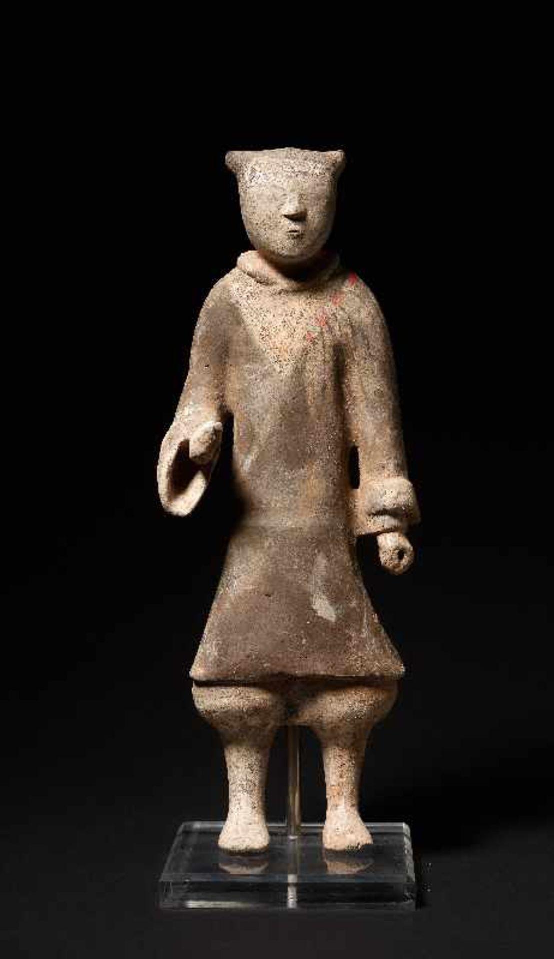 DER ELEGANTE GARDIST Terrakotta mit alter Bemalung. China, frühe Westliche Han-Dynastie (3. - 2. Jh. - Image 2 of 5