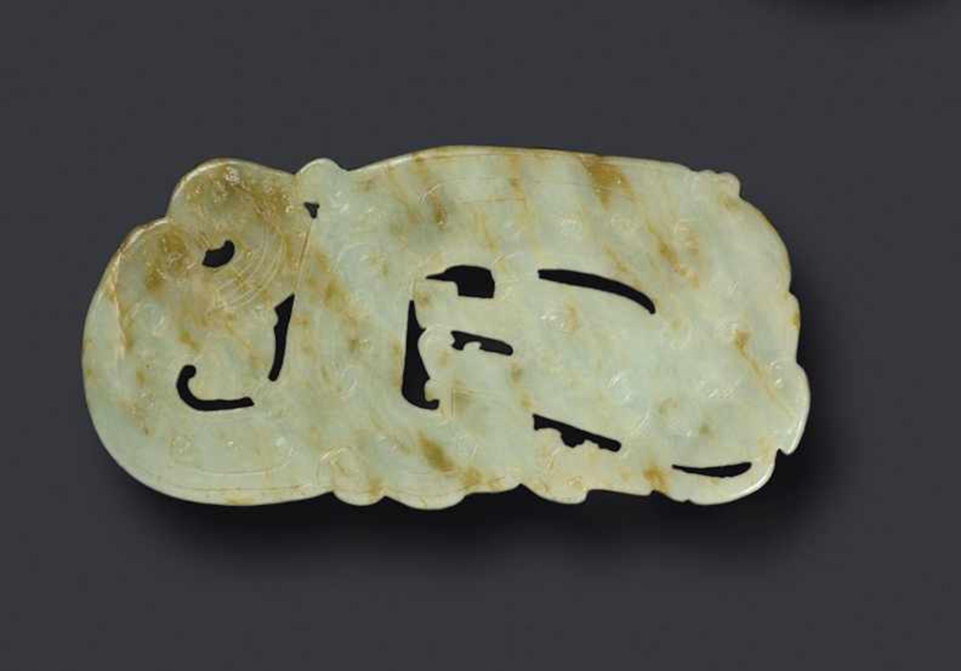 Drache (Long) Jade. China, Qing (um 1800, frühes 19. Jh.) Diese weiße Jade ist gut abgerundet und - Image 2 of 2