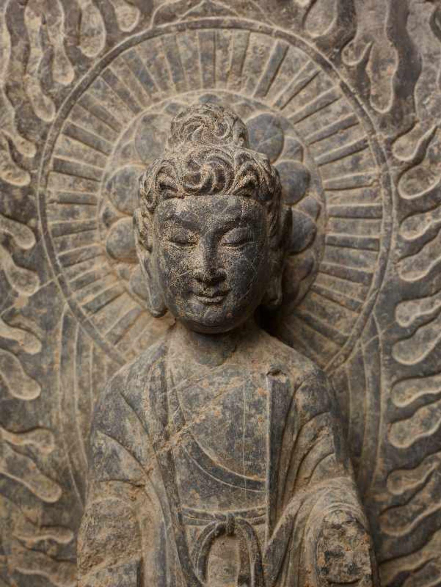 STEHENDER BUDDHA VOR FLAMMENDEM NIMBUS Grauer Stein. China, vermutl. Tang-Dynastie Sehr gut und - Image 6 of 6