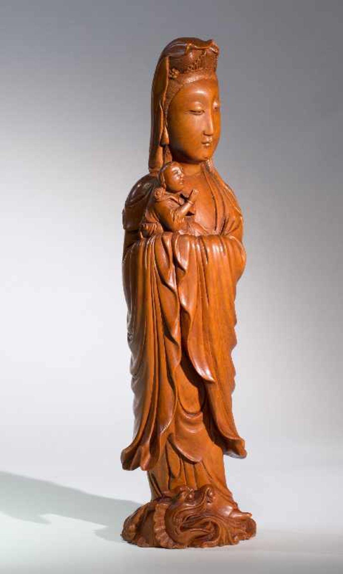 DIE KINDERBRINGENDE GÖTTIN GUANYINBuchsbaumholz. China, Qing-Dynastie, 18. bis 19. Jh. Ein - Image 6 of 7
