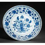 TELLER MIT LOTUS- UND ANDEREN BLÜTEN Blauweißes Porzellan. China, Im Fond mehrere Lotusblüten mit