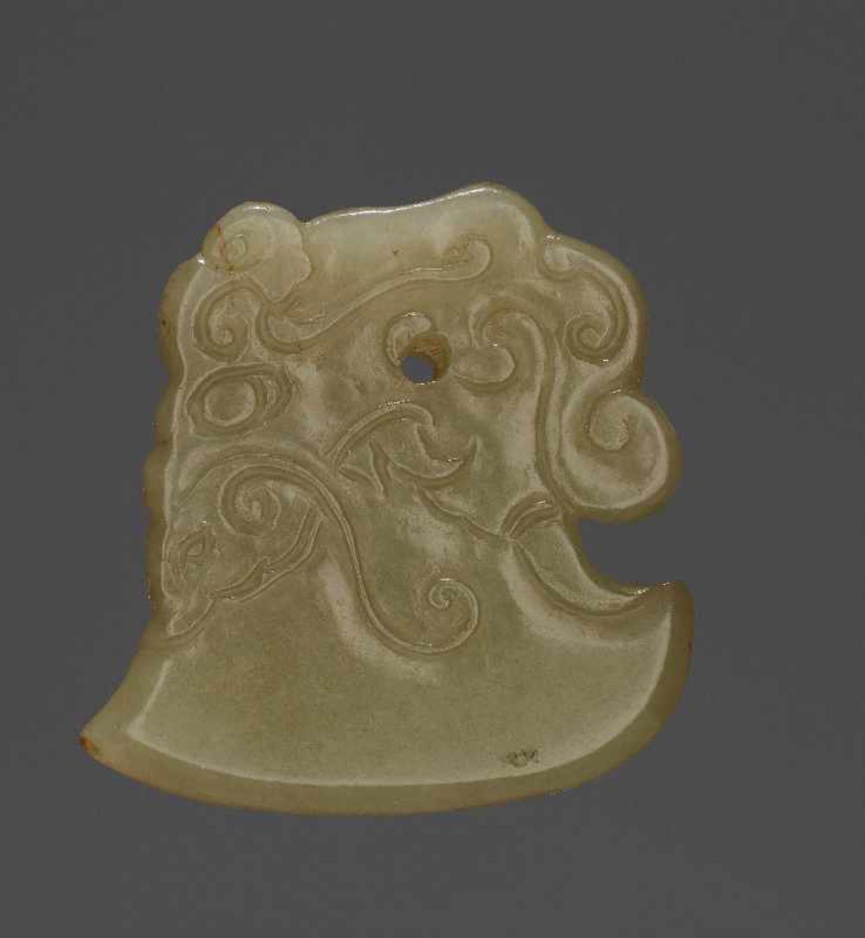 KONVOLUT MIT EINER BI UND DREI AMULETTENJade. China, späte Qing-Dynastie, 19. Jh. 75a: BI Jade. - Image 17 of 17