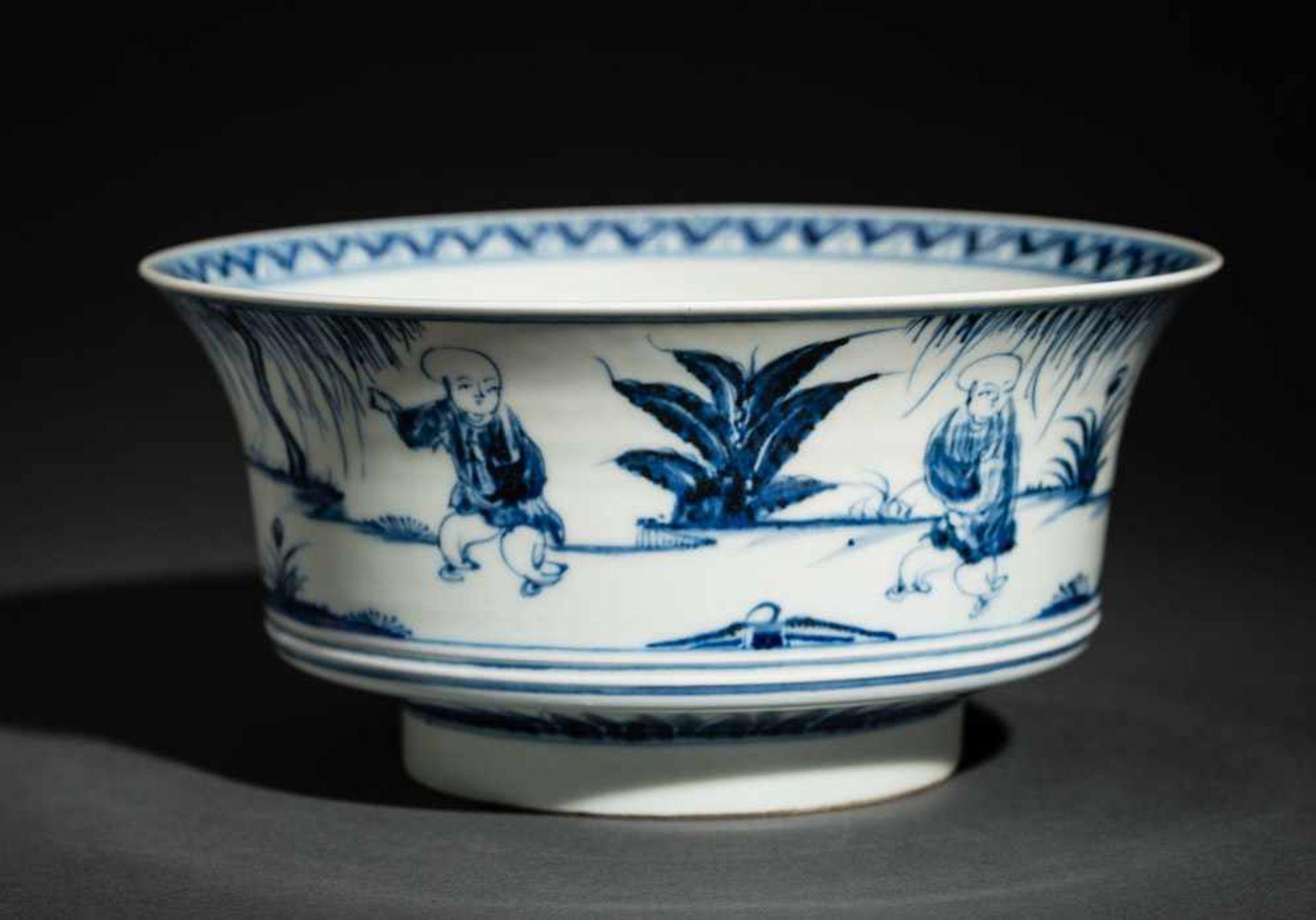 TIEFE SCHALE MIT SPIELENDEN KNABEN Blauweißes Porzellan. China, Auf der nach außen geschwungenen - Image 4 of 6