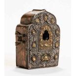 AMULETTBEHÄLTER GAUSilber, tlw. Vergoldung, Kupfer etc.. Tibet, ca. 19. Jh. Die Frontseite dieses