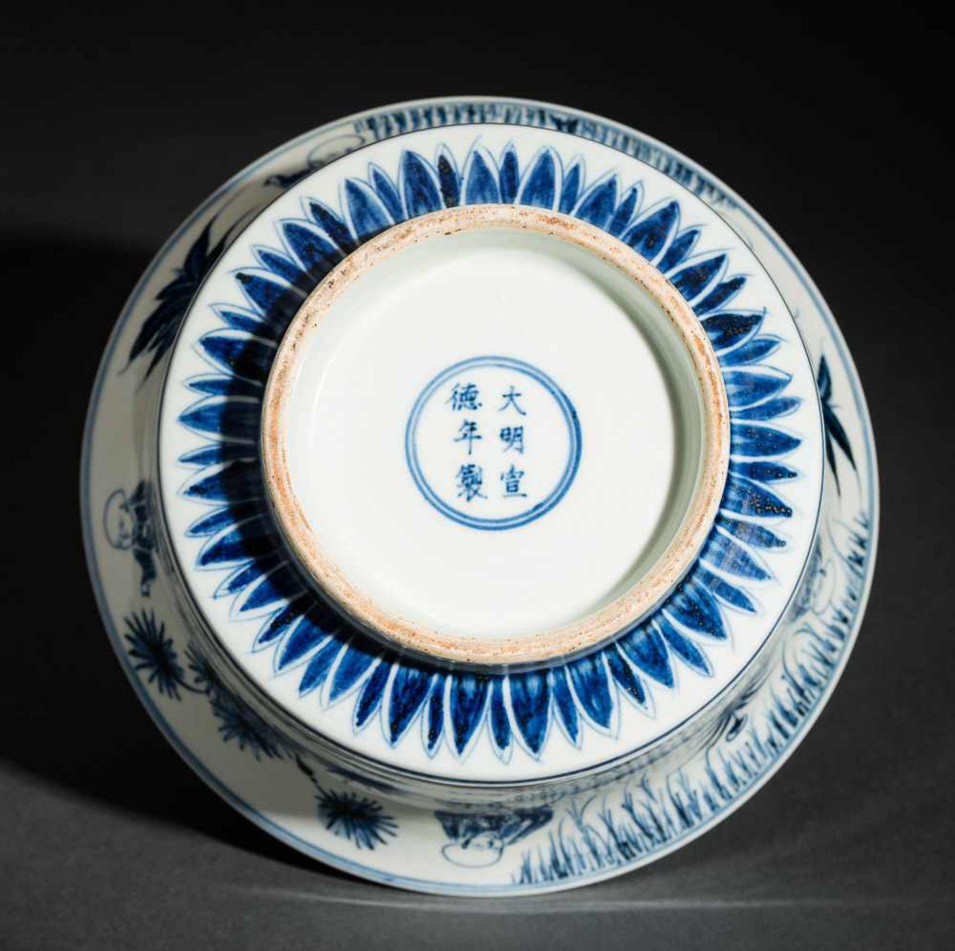 TIEFE SCHALE MIT SPIELENDEN KNABEN Blauweißes Porzellan. China, Auf der nach außen geschwungenen - Image 5 of 6