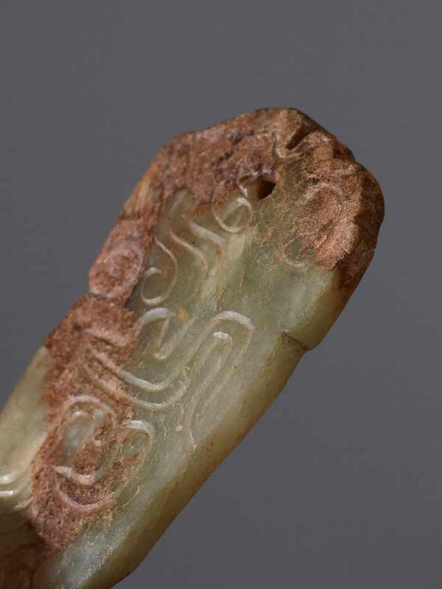 KONVOLUT MIT DREI PERLEN UND EINEM AMULETT 74 a-cJade. China, Qing, 19. Jh. 74a-c: DREI ZIERPERLEN - Image 8 of 18