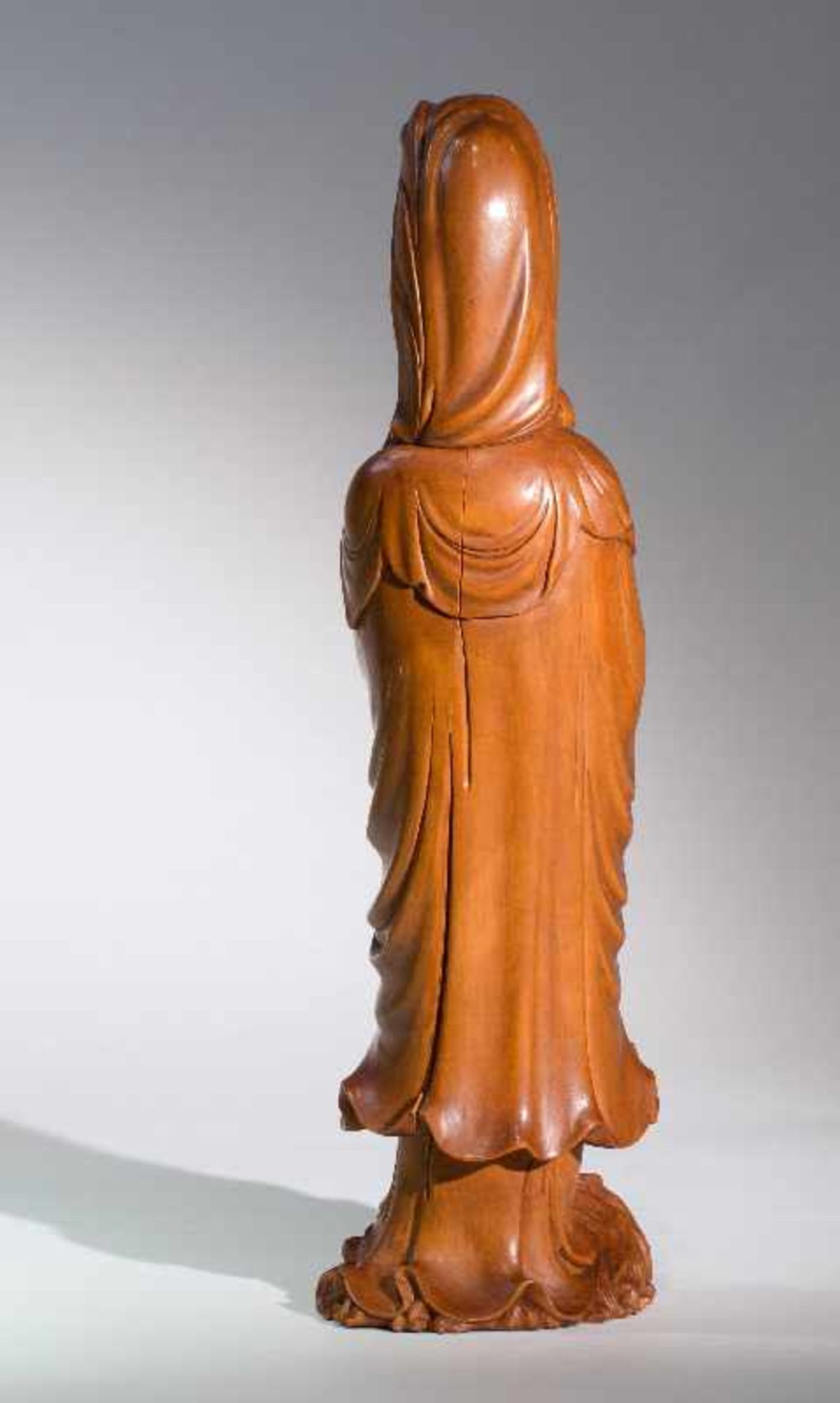 DIE KINDERBRINGENDE GÖTTIN GUANYINBuchsbaumholz. China, Qing-Dynastie, 18. bis 19. Jh. Ein - Image 4 of 7
