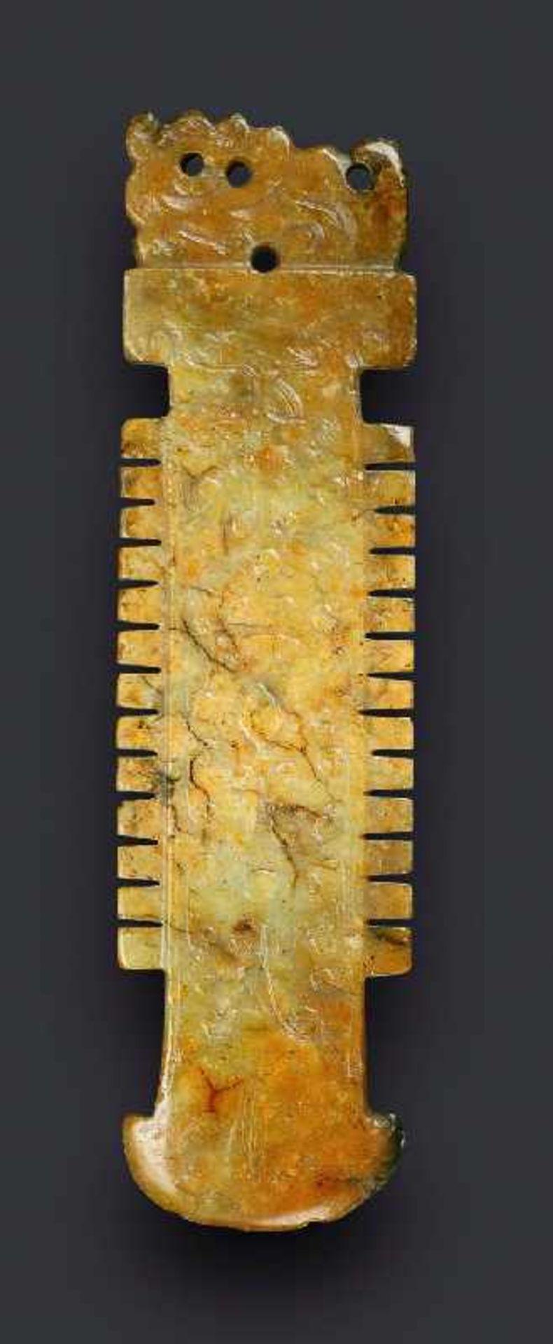 Zieranhänger in Form einer ZeremonialklingeJade. China, Ming/Qing, ca. 17. Jh. Eine sehr nette,