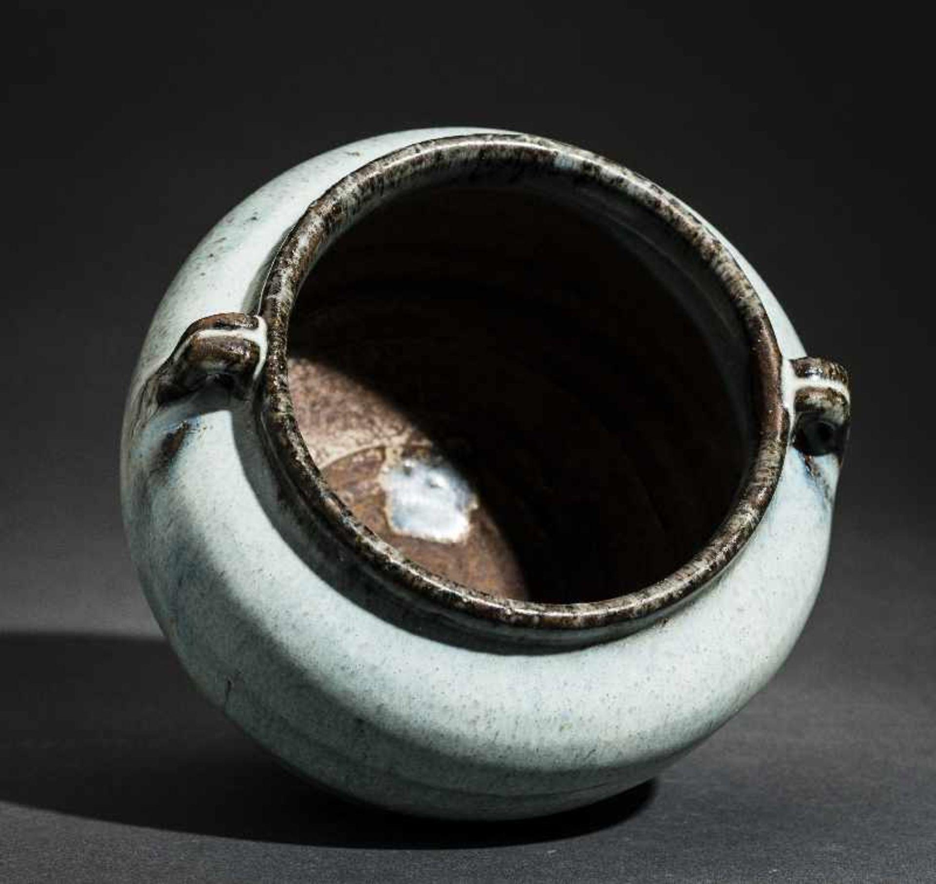 SCHULTERTOPF JUNYAO Glasierte Keramik. China, Yuan bis Ming, ca. 14. bis 15. Jh. Sehr - Image 7 of 8