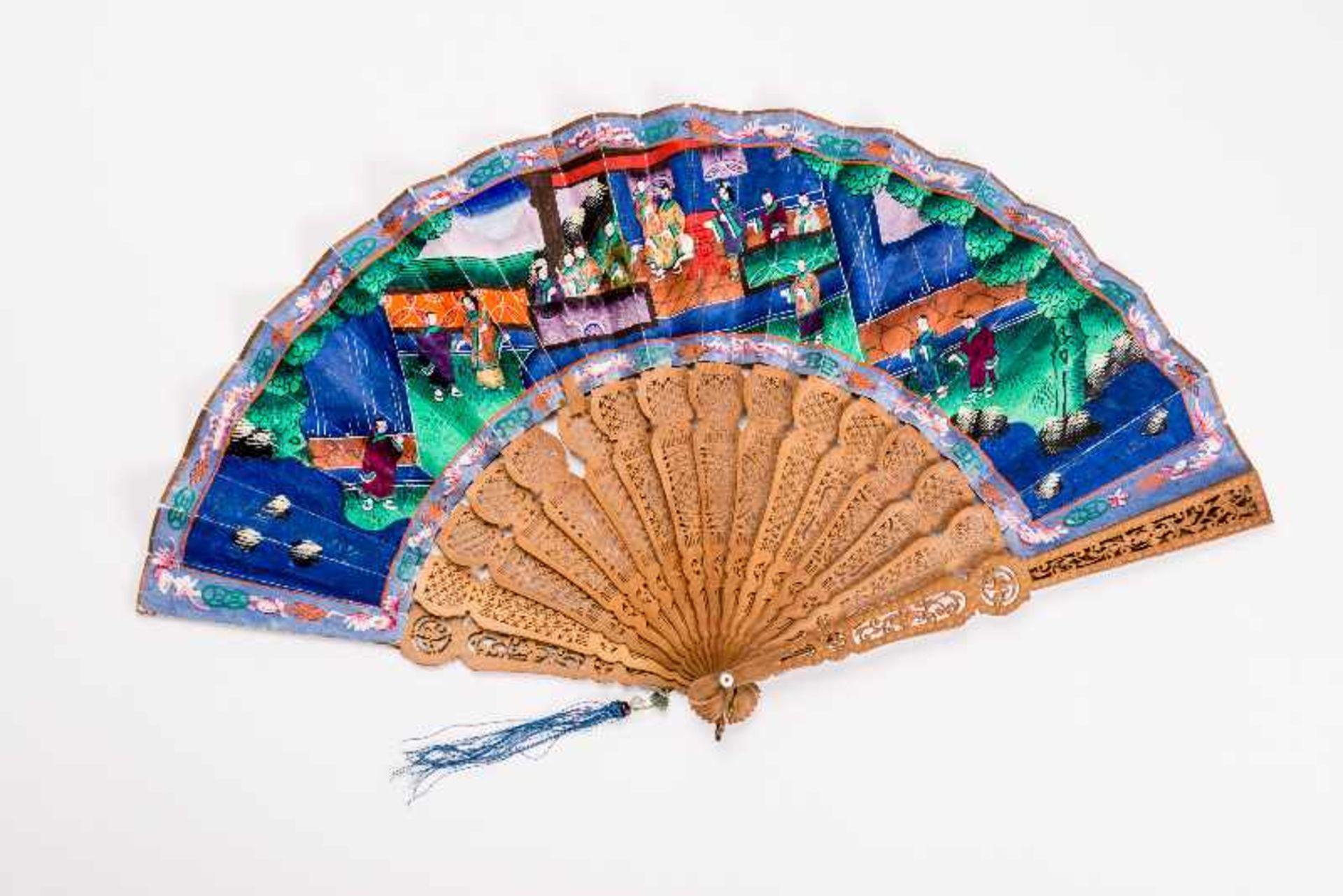 MANDARIN-FALTFÄCHER MIT FIGURALEN SZENEN Gouache, Seide, Elfenbein, Holz. China, späte Qing-Dynastie - Image 3 of 3