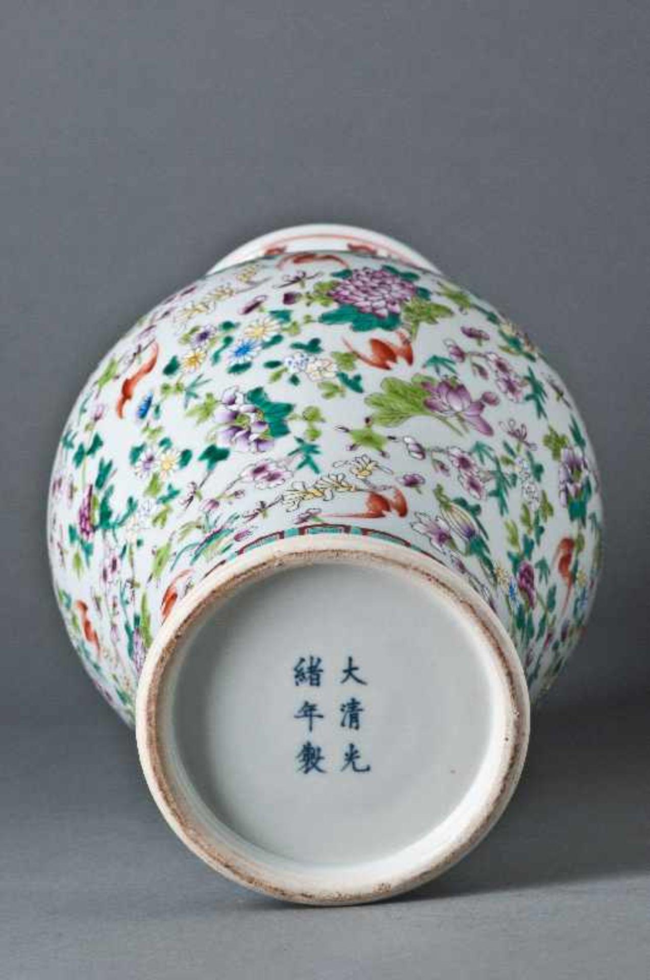 GROßE VASE MIT BLÜTEN UND FLEDERMÄUSENPorzellan mit Emailfarben. China, Bodenmarke Guangxu, 1874 - - Image 3 of 7