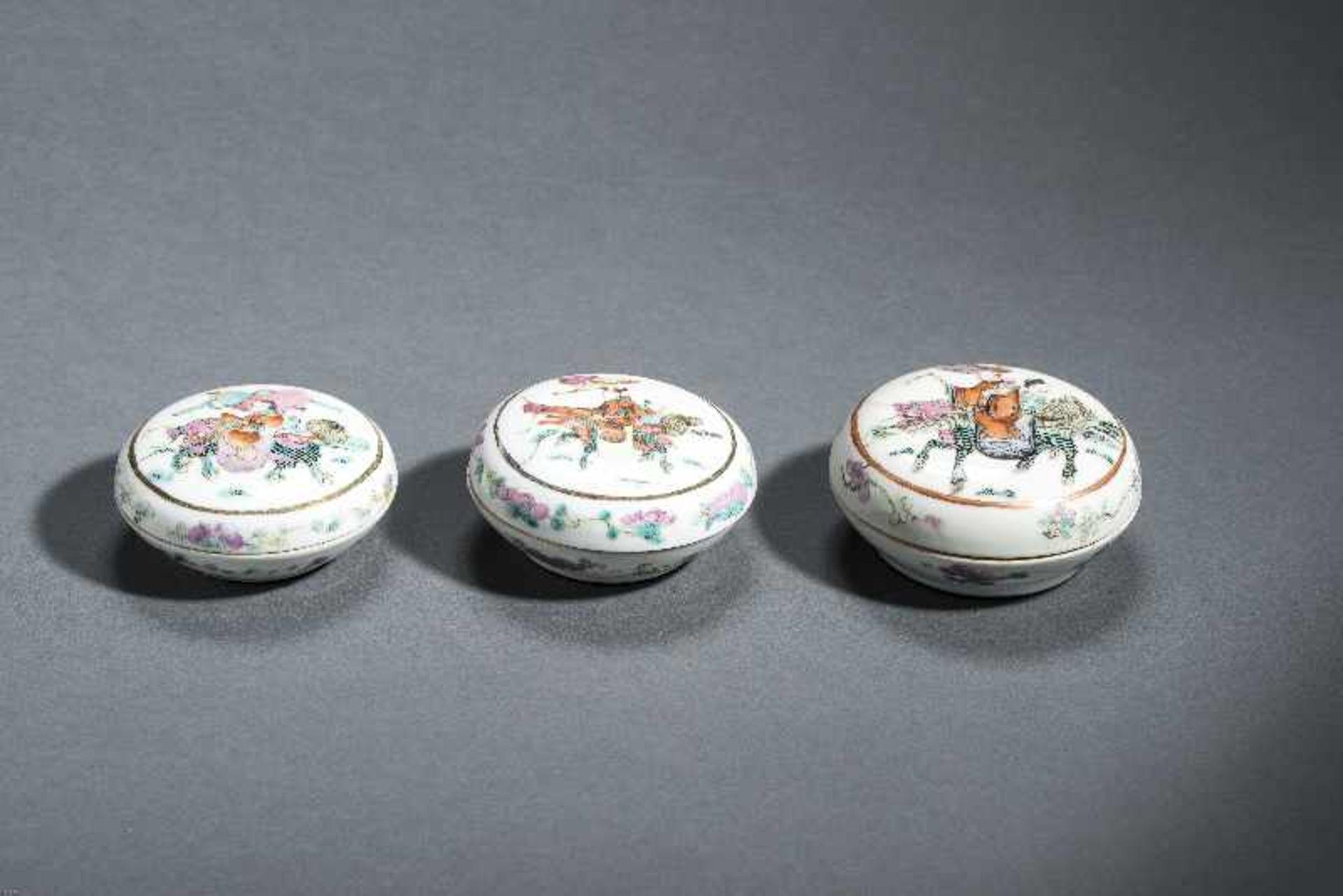 DREI DECKELSCHALEN MIT FABELTIEREN UND REITERN Porzellan mit Emailfarben und Gold. China, Qing- - Image 3 of 7