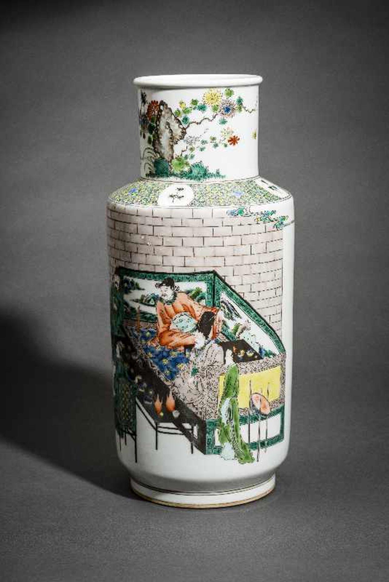 VASE MIT WEISEN UND WÜRDENTRÄGERN Porzellan mit farbiger Emailmalerei. China, Hohe zylindrische - Image 3 of 5