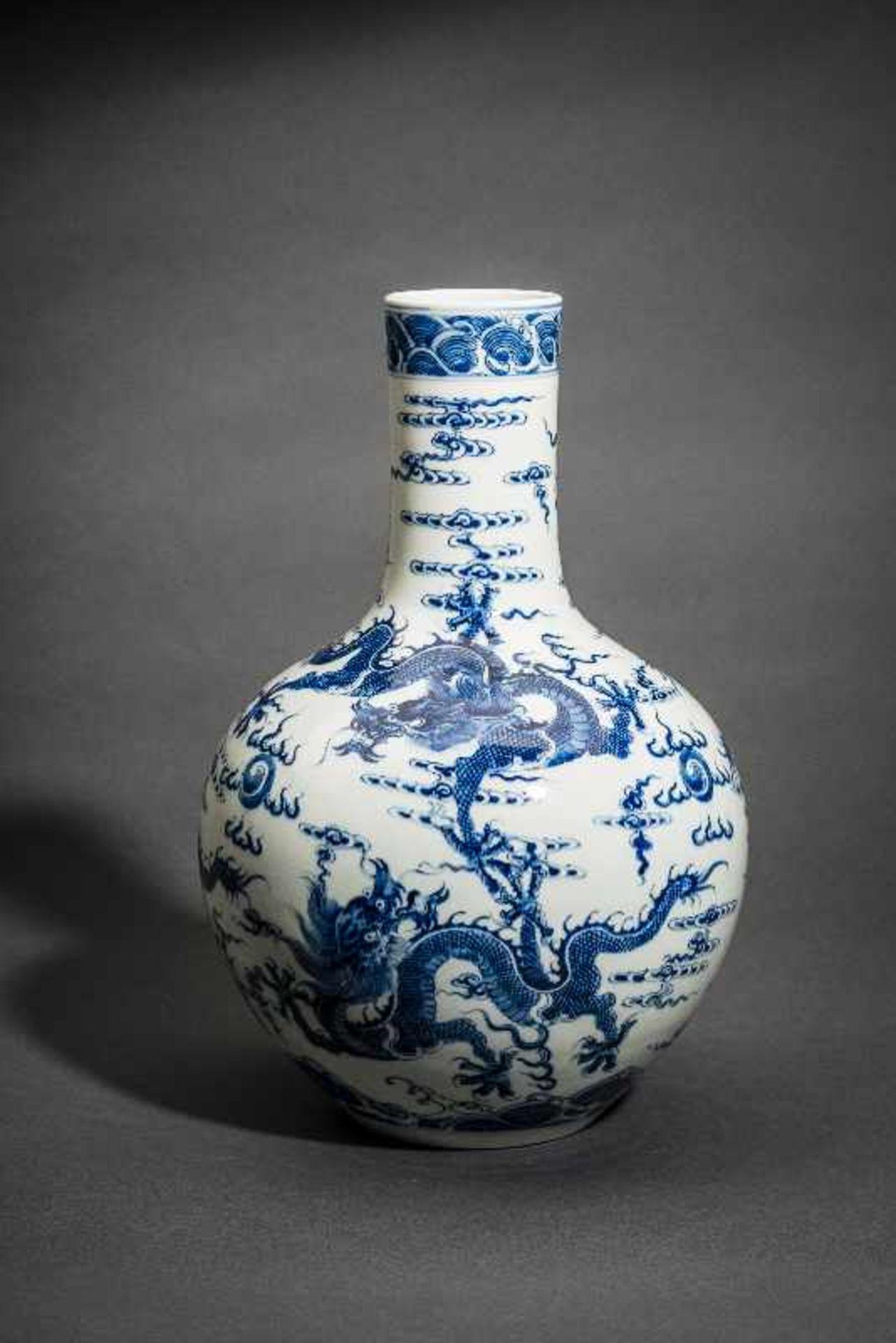 """VASE MIT FÜNF WILDEN DRACHEN Blauweißes Porzellan. China, Sehr belebt gemaltes Motiv """"Drachen in den - Image 4 of 5"""