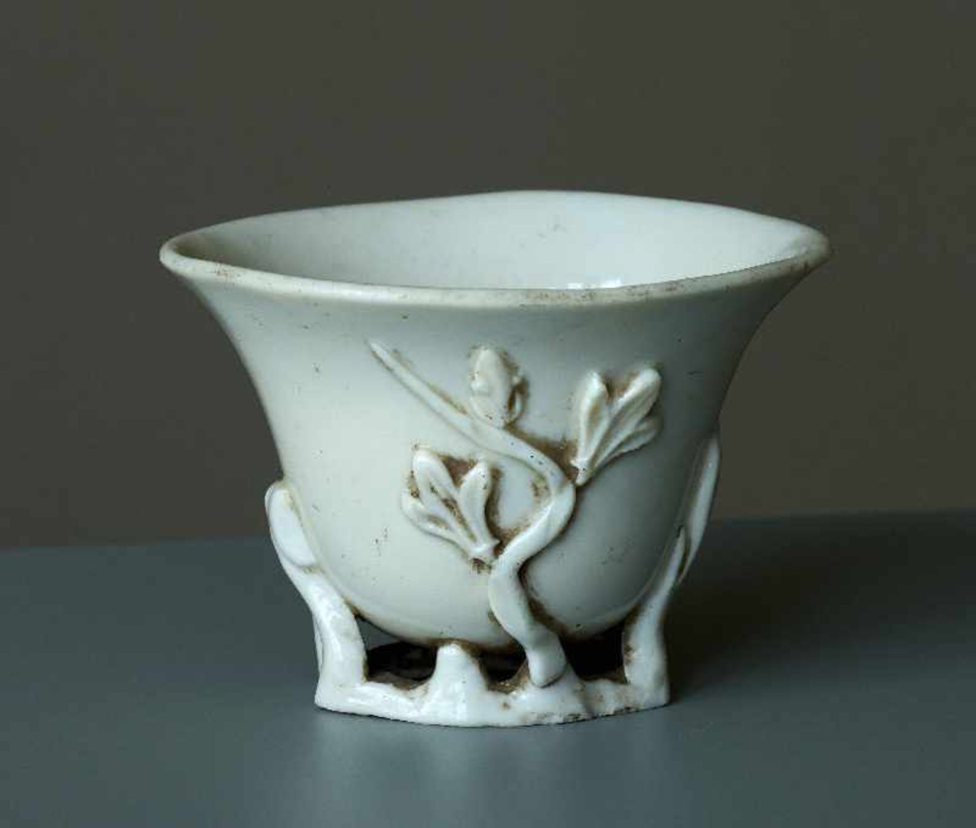 KLEINER BECHER Blanc de Chine-Porzellan. China, Qing-Dynastie Miniaturbecher in ovaler,