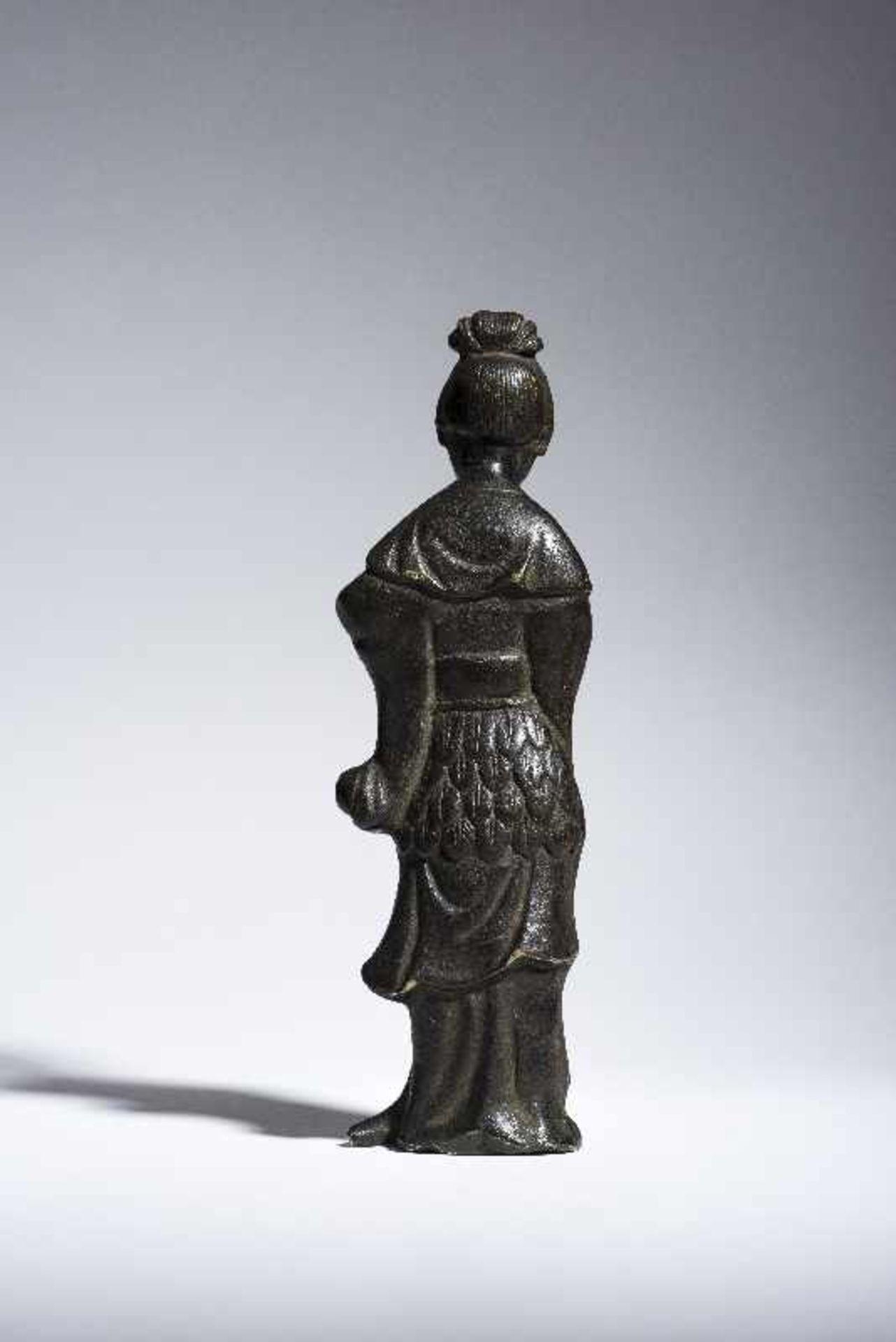 UNSTERBLICHE MIT WASSERKANNE Gelbe Bronze. China, Qing 19. Jh. Vermutlich eine Fee, möglicherweise - Image 3 of 6