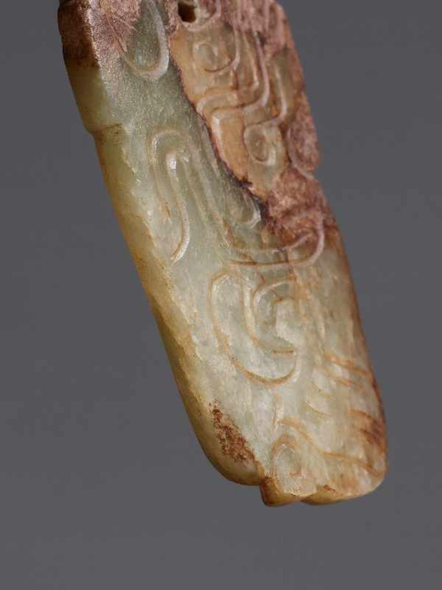 KONVOLUT MIT DREI PERLEN UND EINEM AMULETT 74 a-cJade. China, Qing, 19. Jh. 74a-c: DREI ZIERPERLEN - Image 9 of 18
