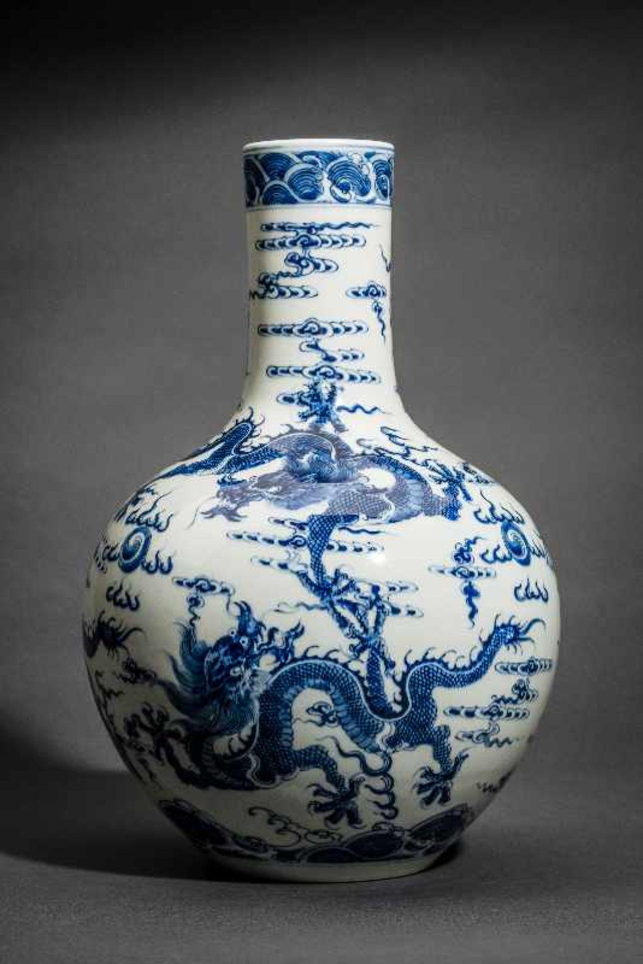 """VASE MIT FÜNF WILDEN DRACHEN Blauweißes Porzellan. China, Sehr belebt gemaltes Motiv """"Drachen in den - Image 3 of 5"""