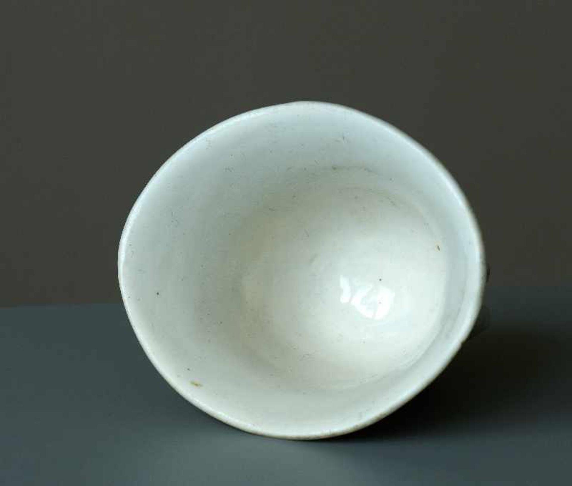 KLEINER BECHER Blanc de Chine-Porzellan. China, Qing-Dynastie Miniaturbecher in ovaler, - Image 4 of 5