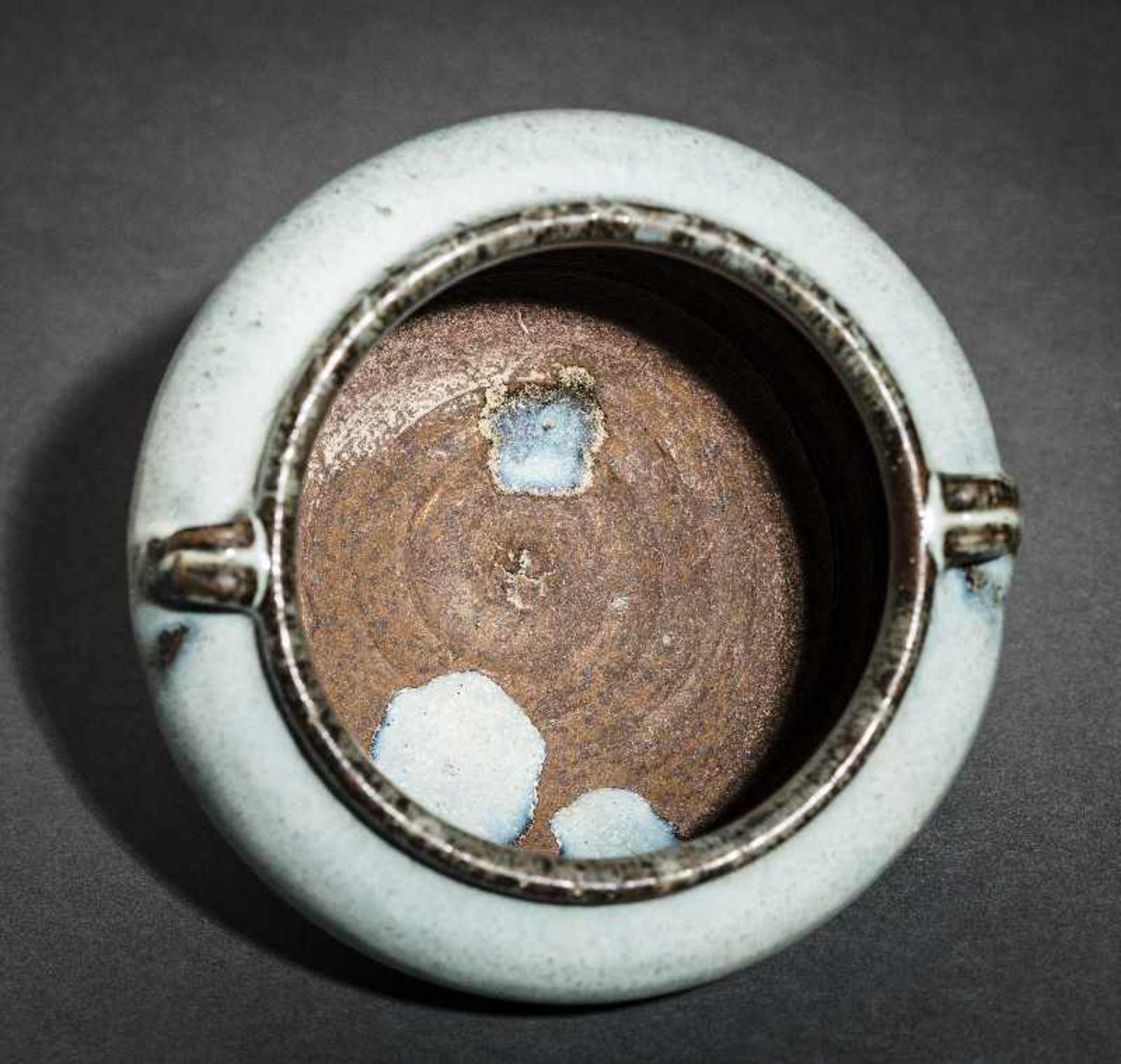 SCHULTERTOPF JUNYAO Glasierte Keramik. China, Yuan bis Ming, ca. 14. bis 15. Jh. Sehr - Image 8 of 8